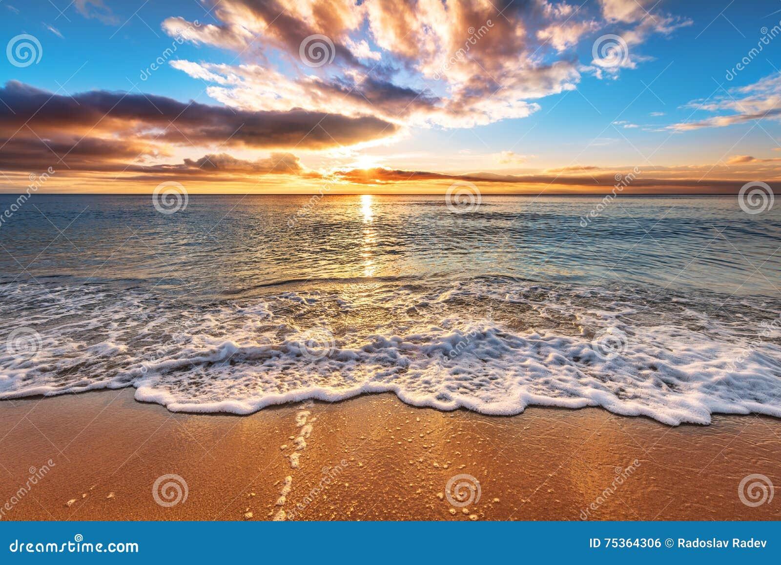 Ozeanstrandsonnenaufgang