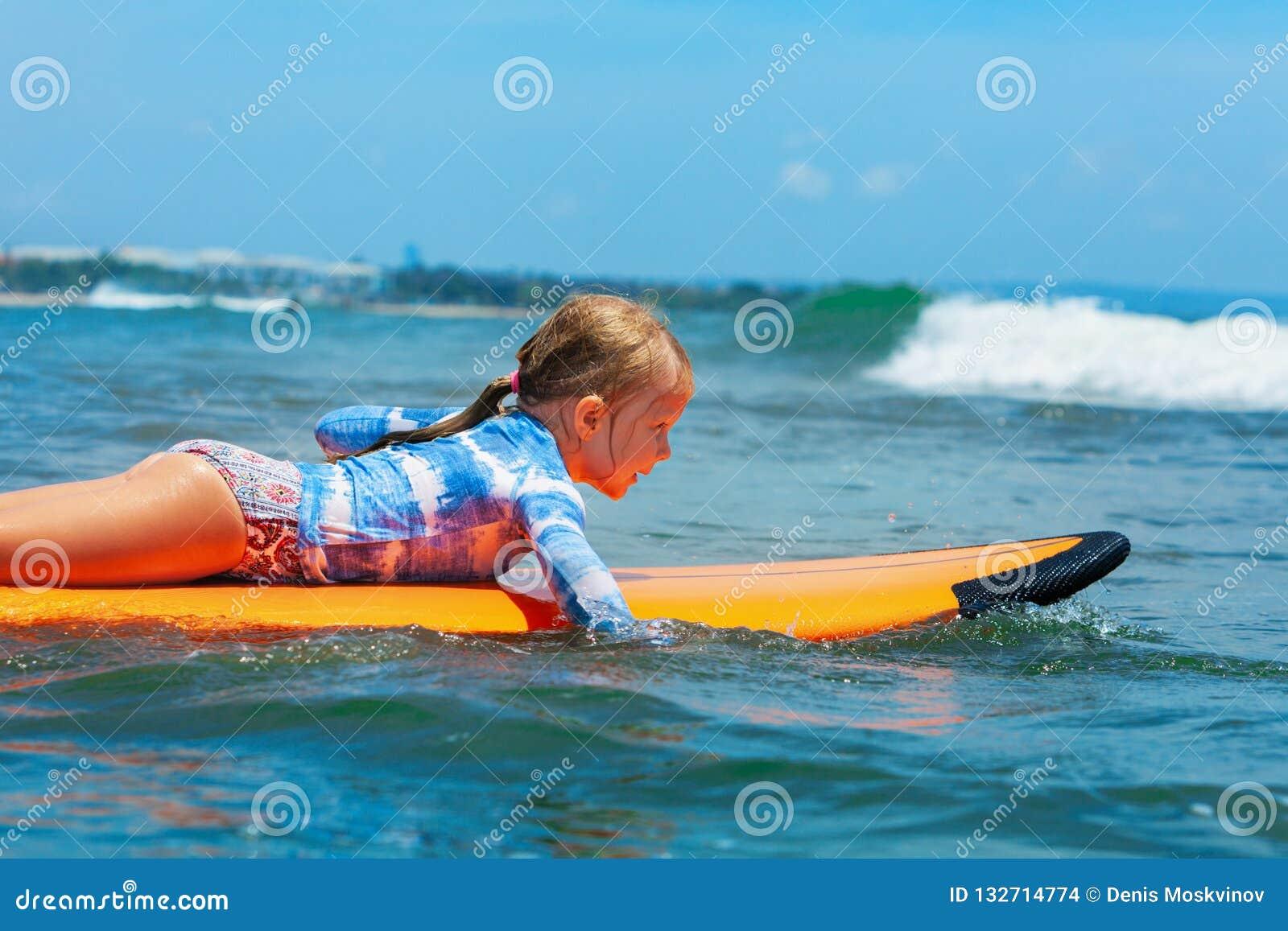 Pá nova do surfista na prancha com divertimento em ondas do mar