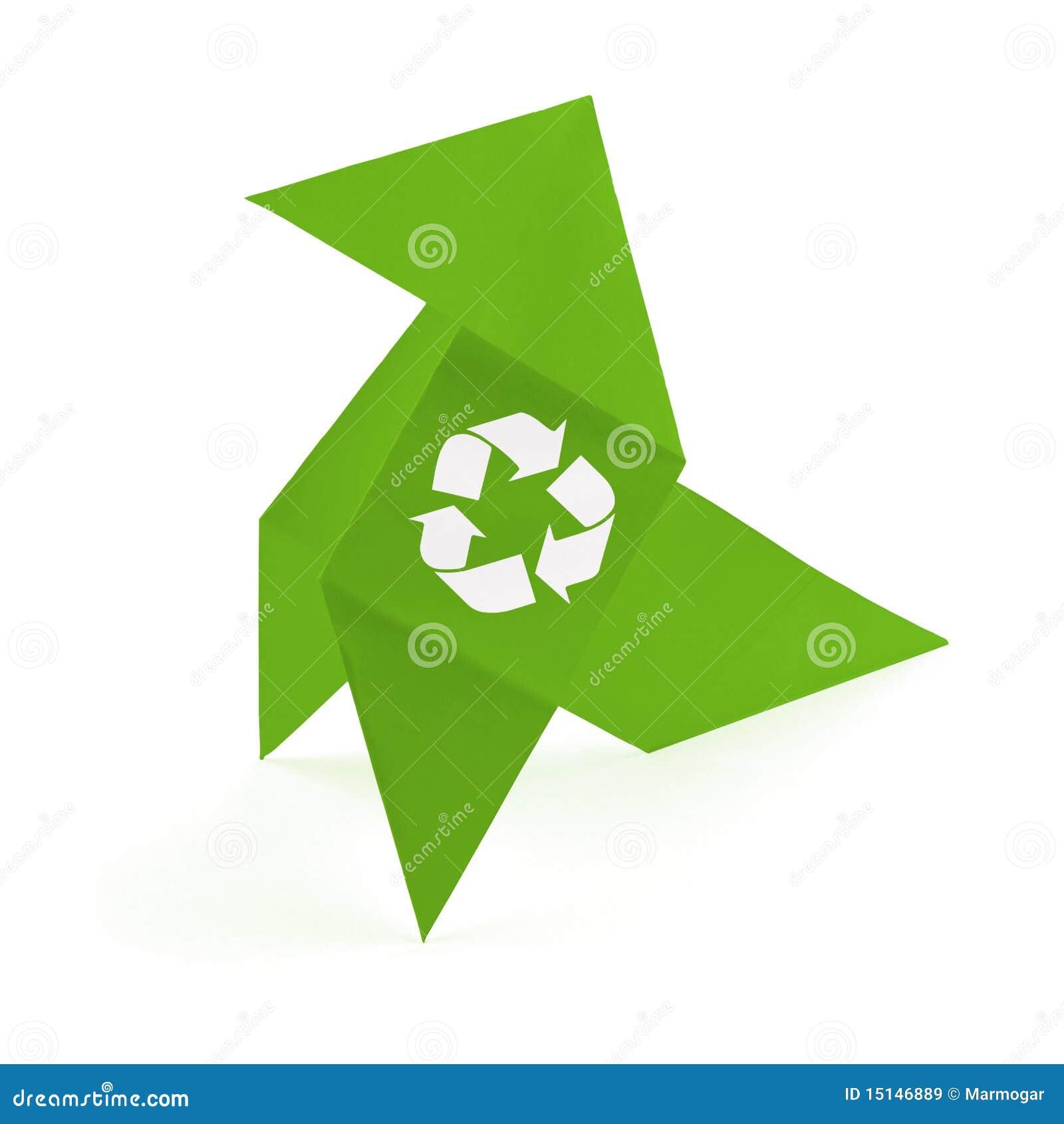 del origami con un símbolo de reciclaje. Aislado en el fondo blanco