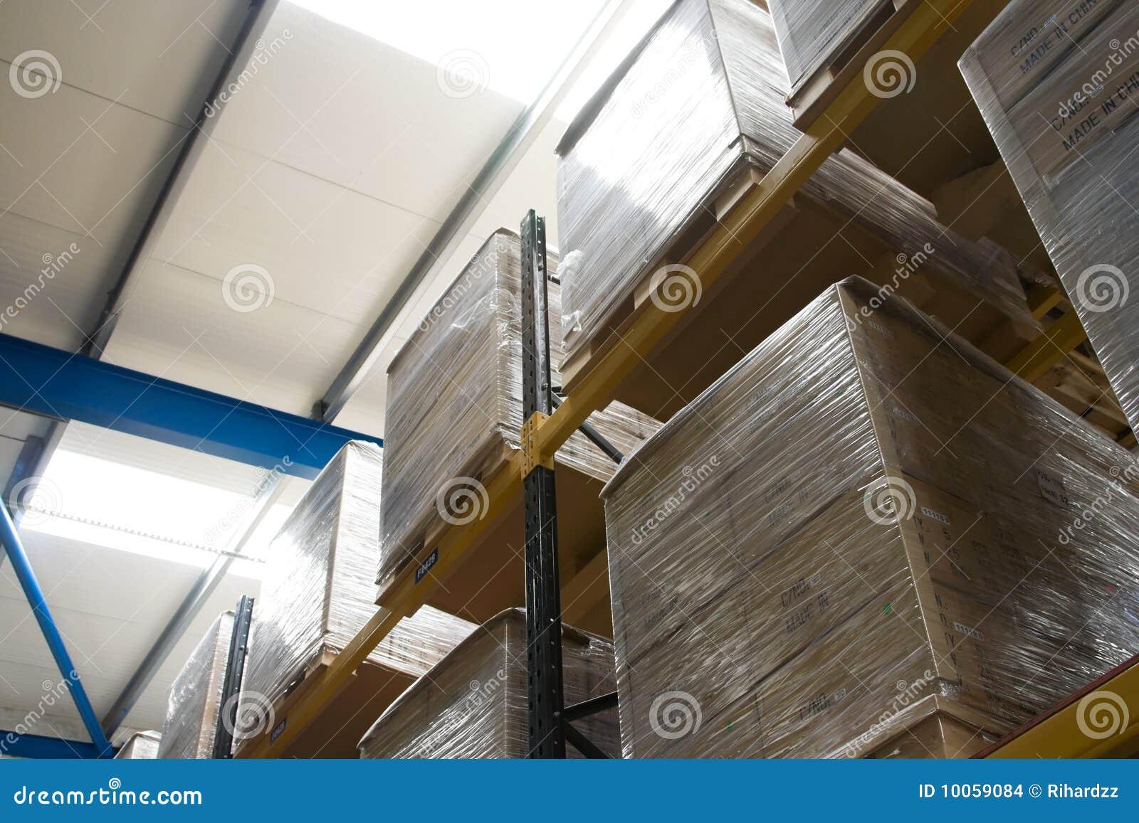 Páletes com as caixas no armazém