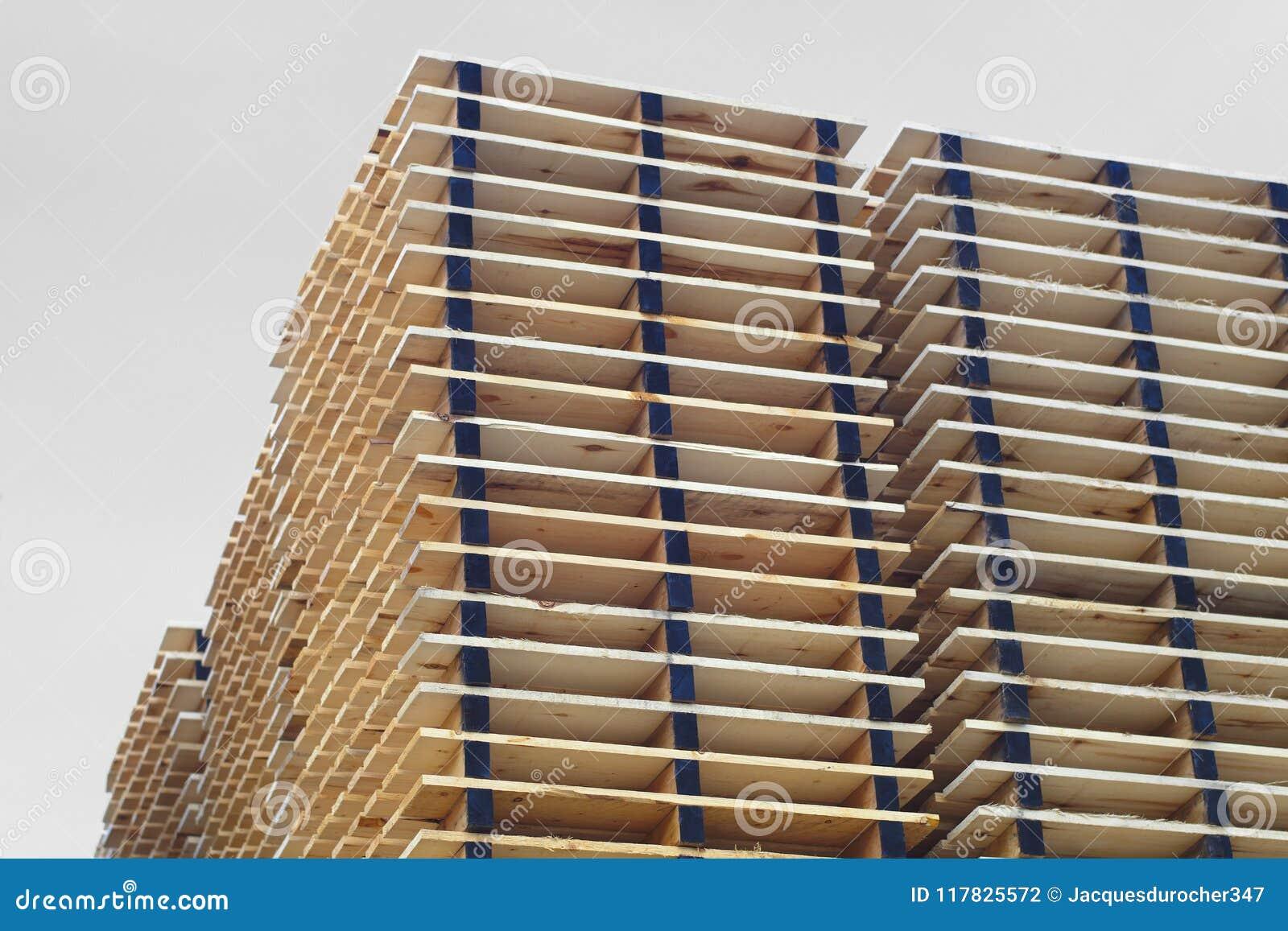 Páletes de madeira das pranchas que empacotam a jarda do armazém de distribuição da expedição