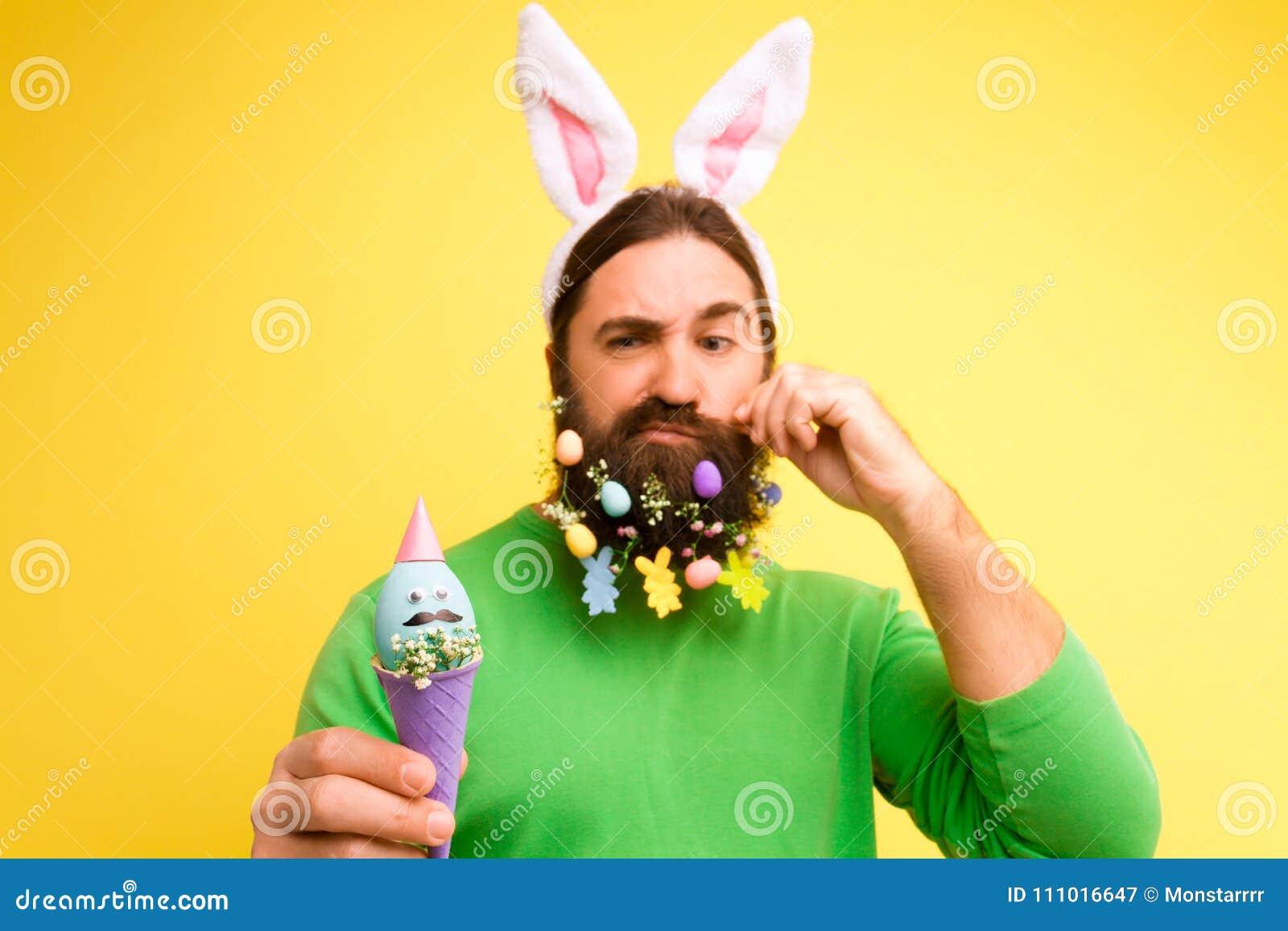 A Páscoa e a mola felizes são conceito de vinda
