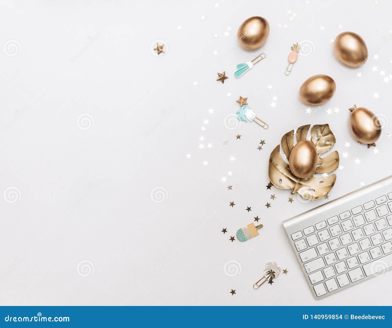 Páscoa feliz! Fundo à moda dos artigos de papelaria com os ovos do ouro no fundo branco
