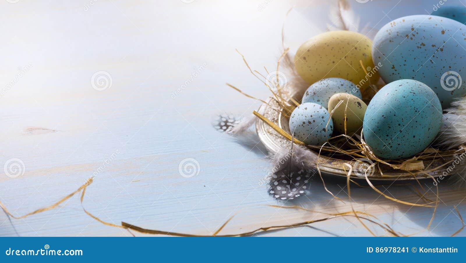 Páscoa feliz; Ovos da páscoa no fundo azul da tabela Os feriados vie