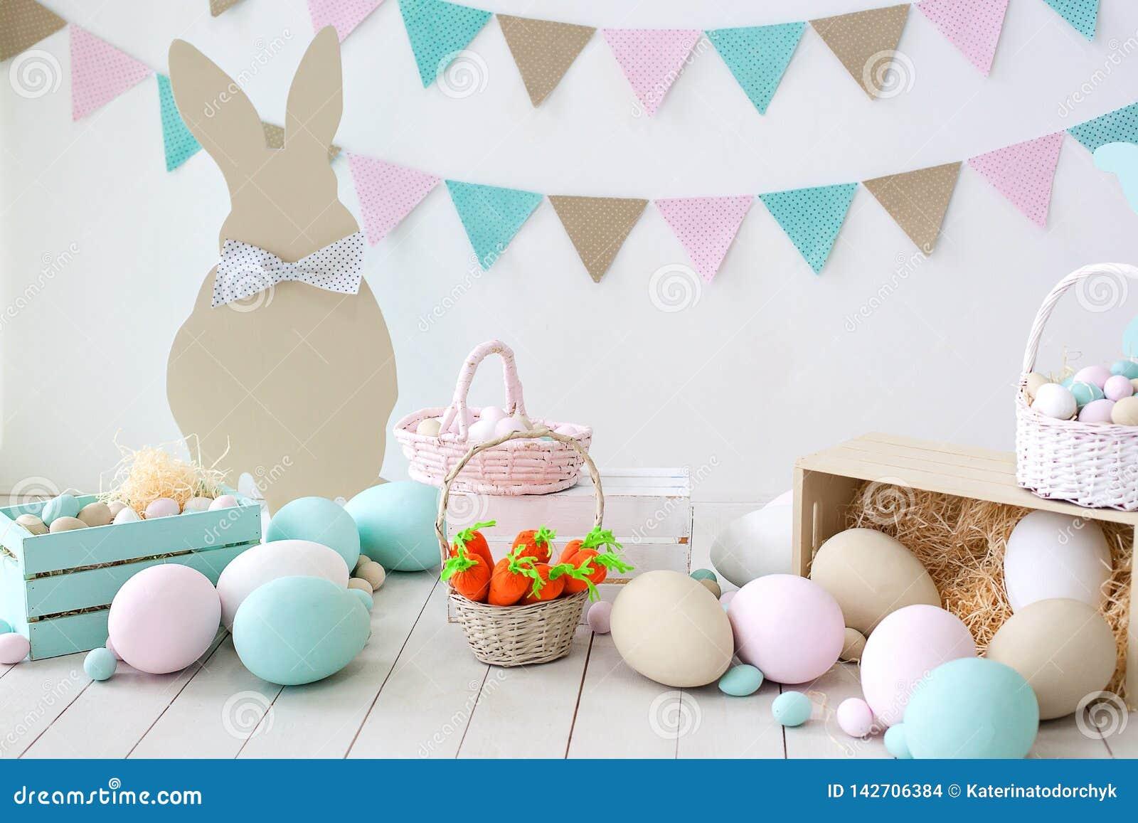 Páscoa! Muitos ovos da páscoa coloridos com coelhos e cestas! Decoração da sala, a sala da Páscoa de crianças para jogos Cesta co