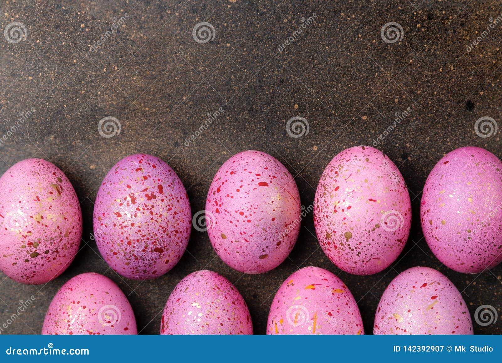 Páscoa ovos da páscoa cor-de-rosa no fundo escuro Quadro dos ovos Easter feliz feriados Vista superior Lugar livre