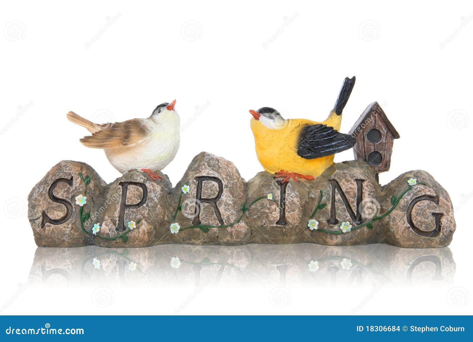 Pássaros no sinal da mola das pedras