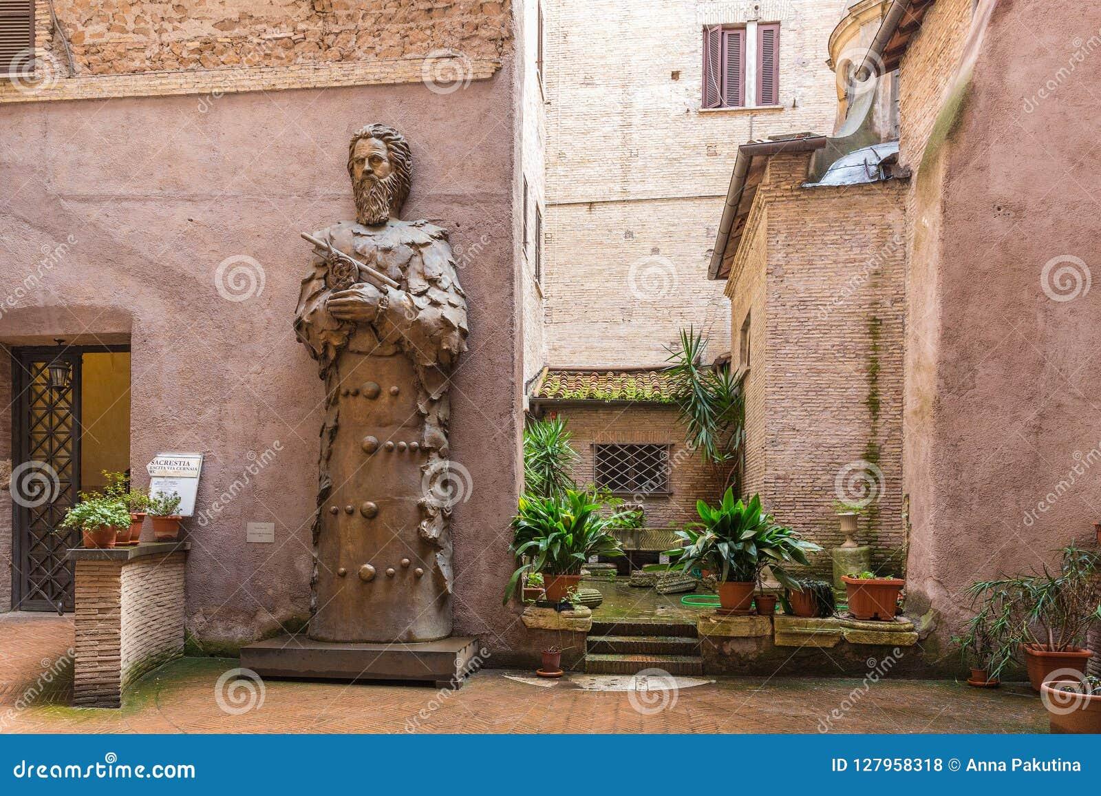Pátio da basílica de St Mary dos anjos e do mercado