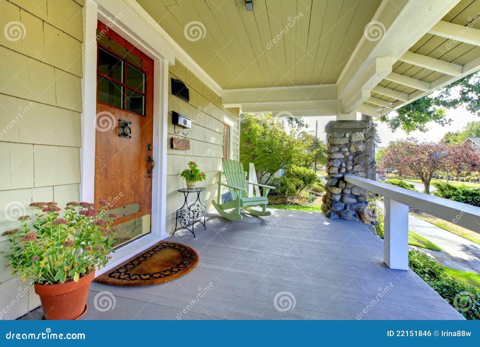 Pátio de entrada coberto coberto. HOME do estilo do artesão.