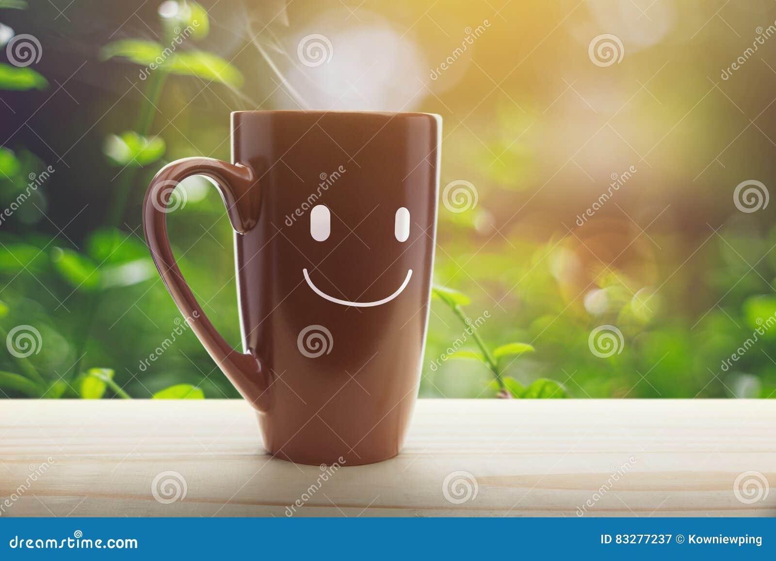 Pátio de entrada coberto vazio de copo de café de Brown a manhã