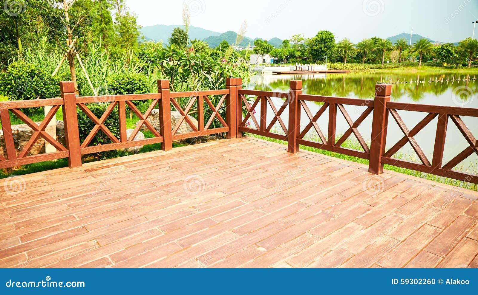 Pátio de madeira da plataforma de madeira exterior
