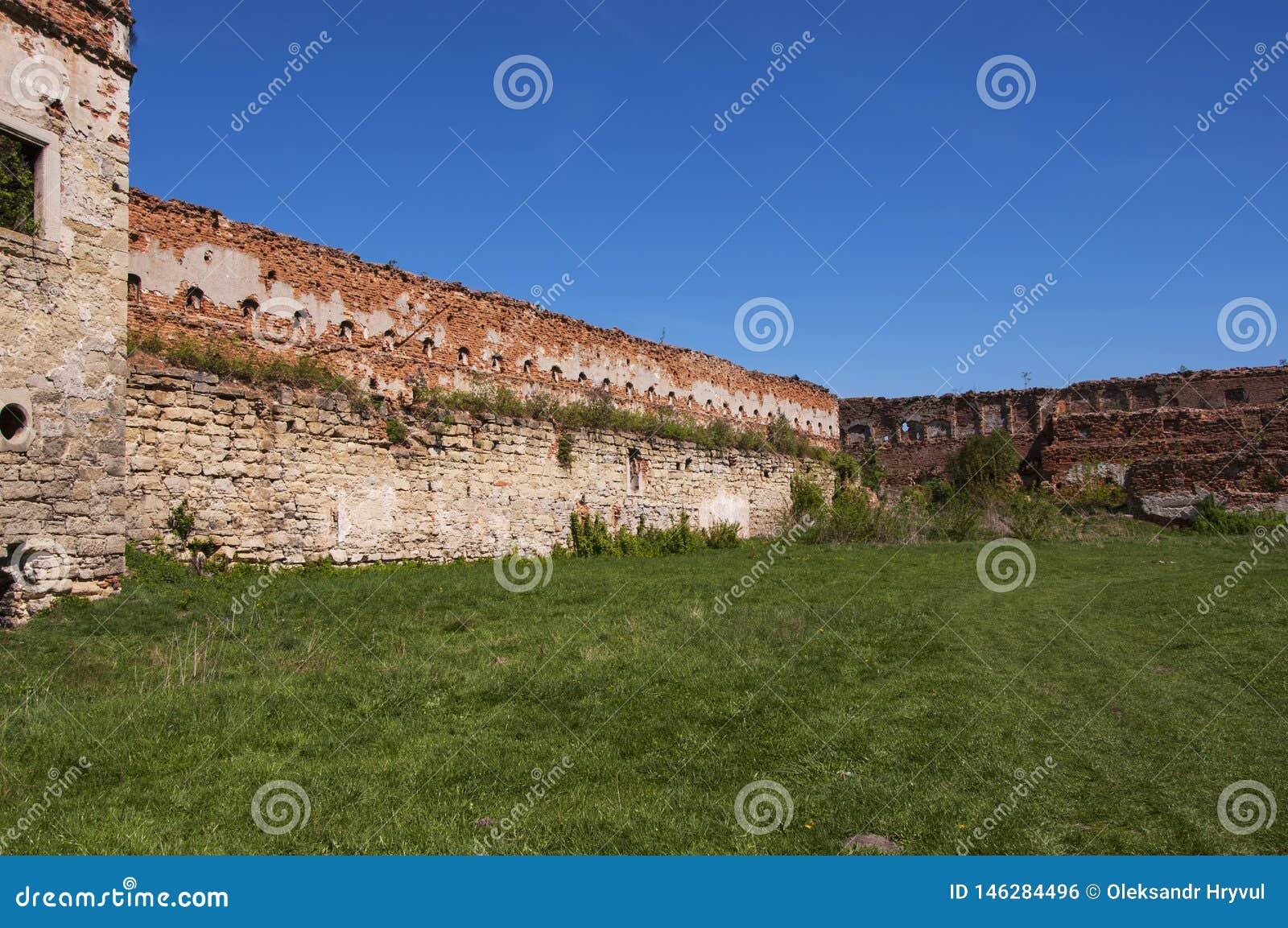Pátio interno de um castelo arruinado velho com