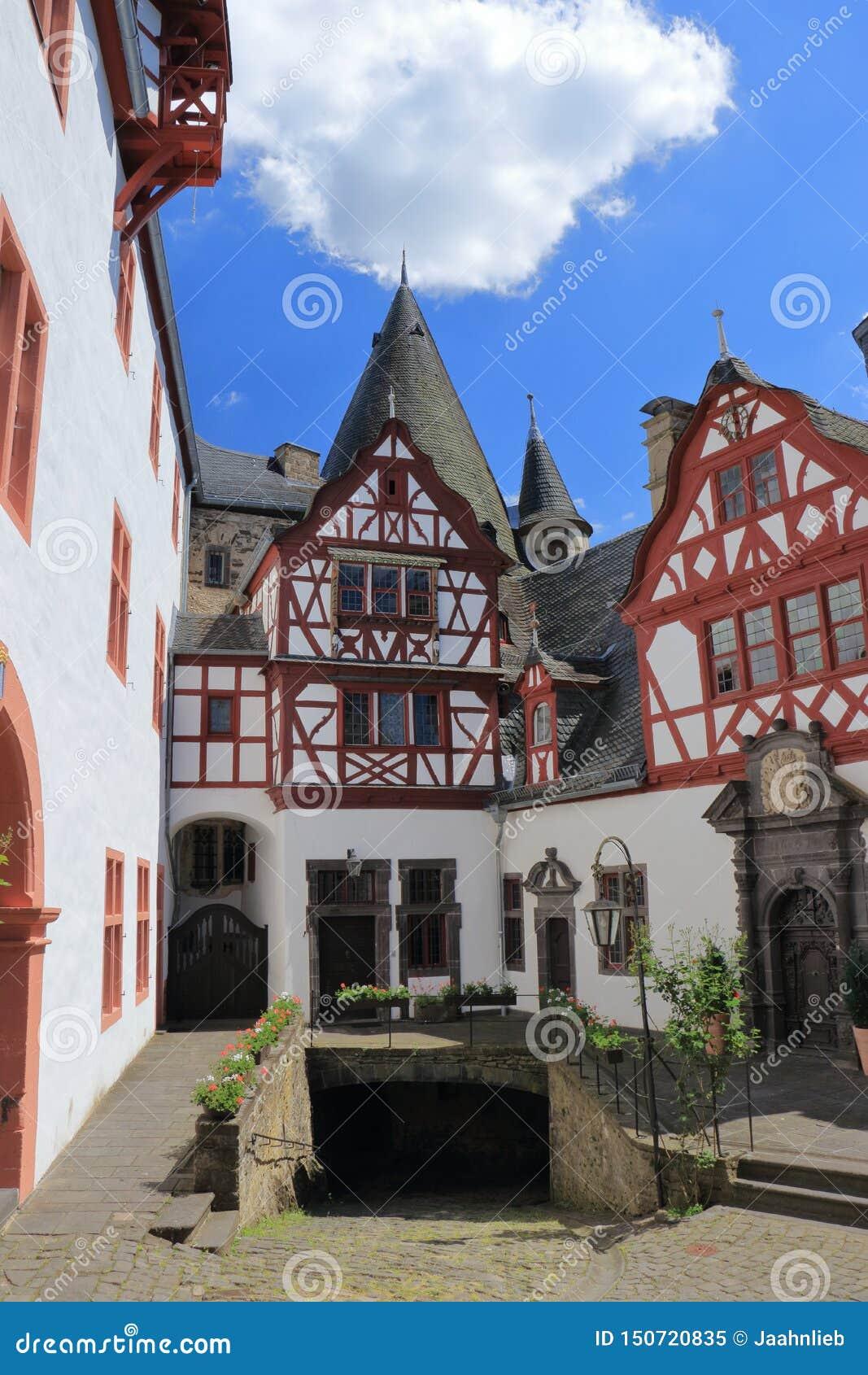 Pátio interno romântico do castelo de Buerresheim perto de Mayen, Rhineland-palatinado, Alemanha