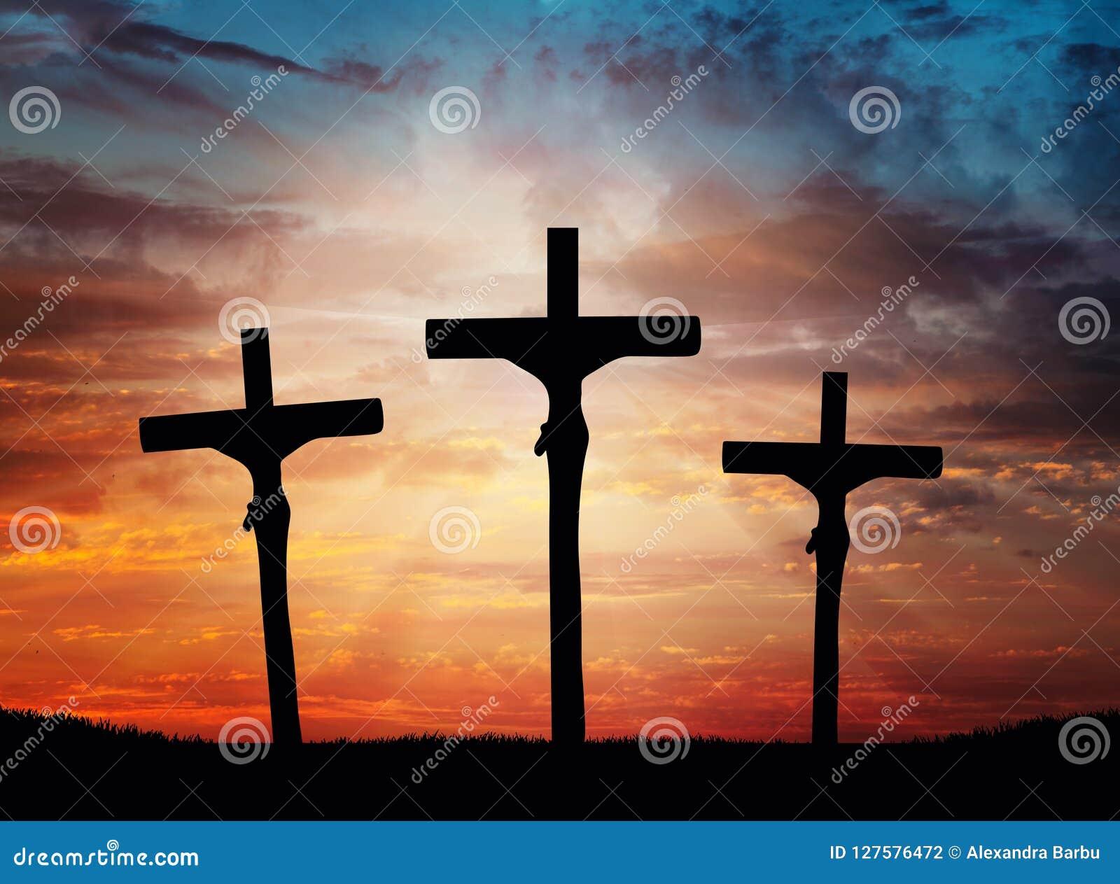 Pâques, ciel dramatique croisé de Jesus Christ, s allumant