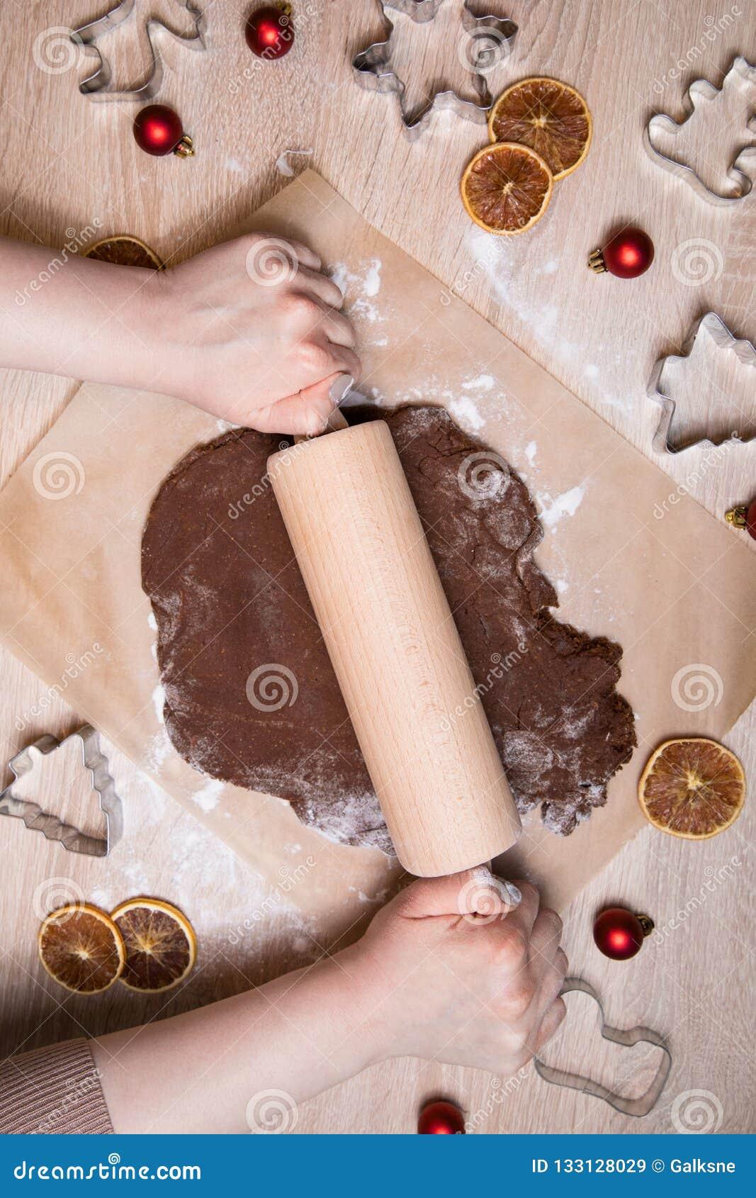 Pâte de roulement, bonhommes en pain d épice de cuisson, faisant le gingerbr de Noël