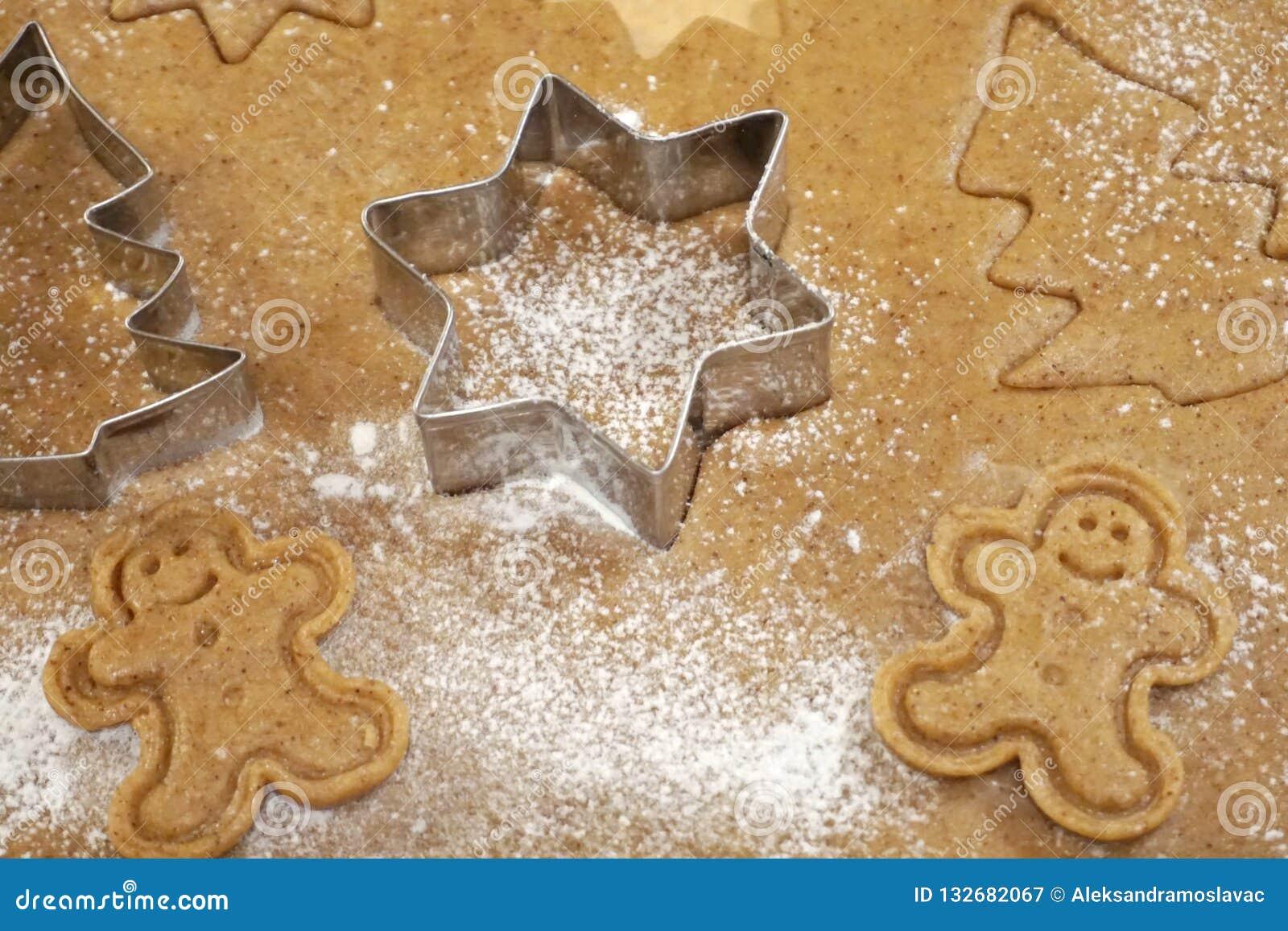 Pâte et moules de biscuits d homme de gingembre pour le gâteau de Noël