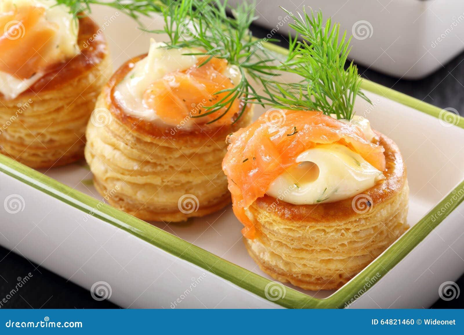 pâte feuilletée d'apéritif avec l'immersion d'aneth et saumons sur