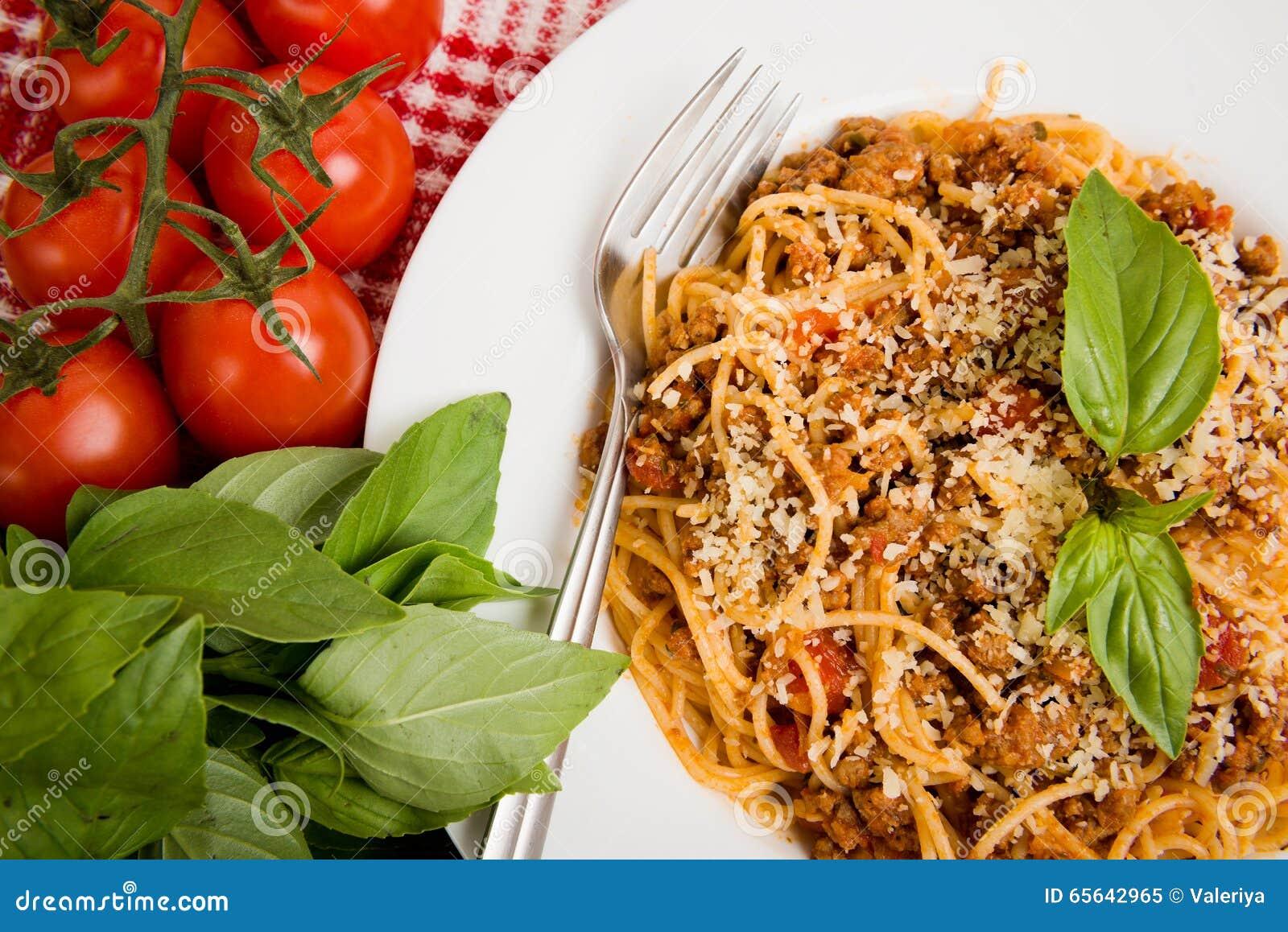 Pâtes avec de la viande, sauce tomate