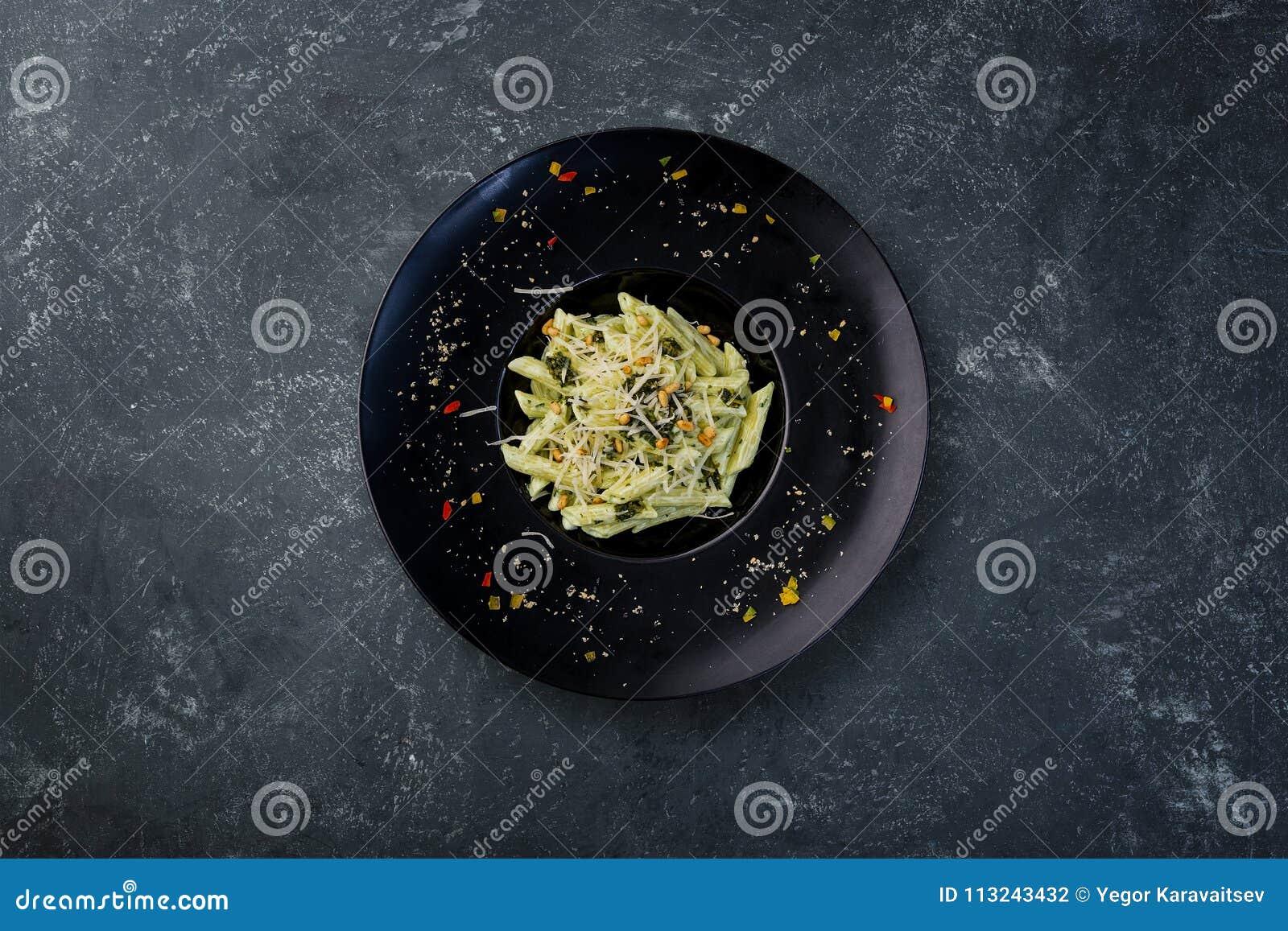 Pâtes avec le basilic de pesto