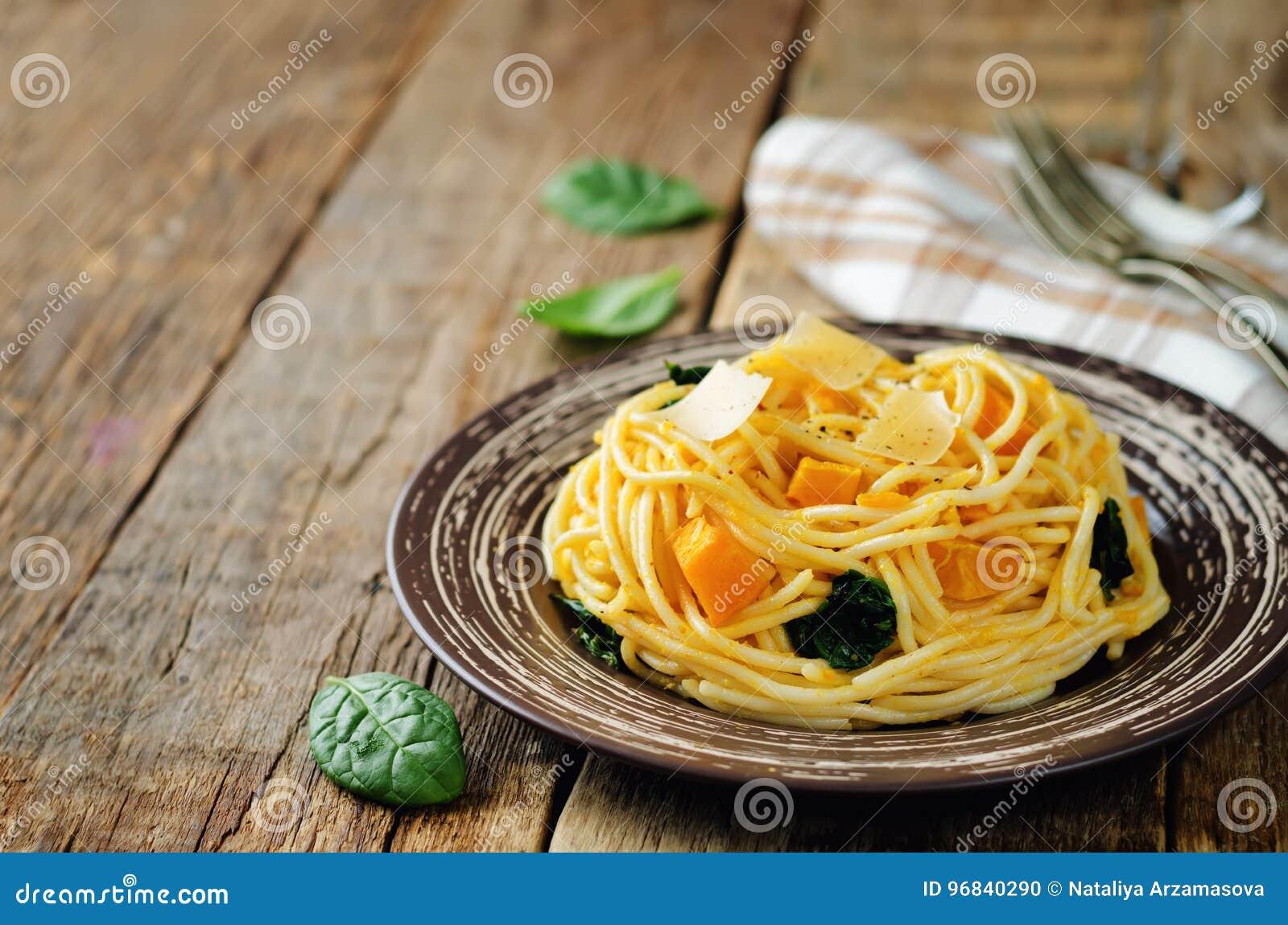 Pâtes avec le potiron et les épinards