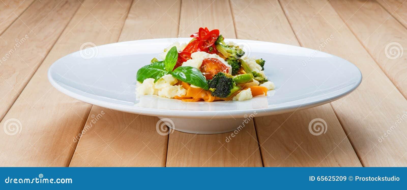 Pâtes colorées par Italien traditionnel avec des légumes