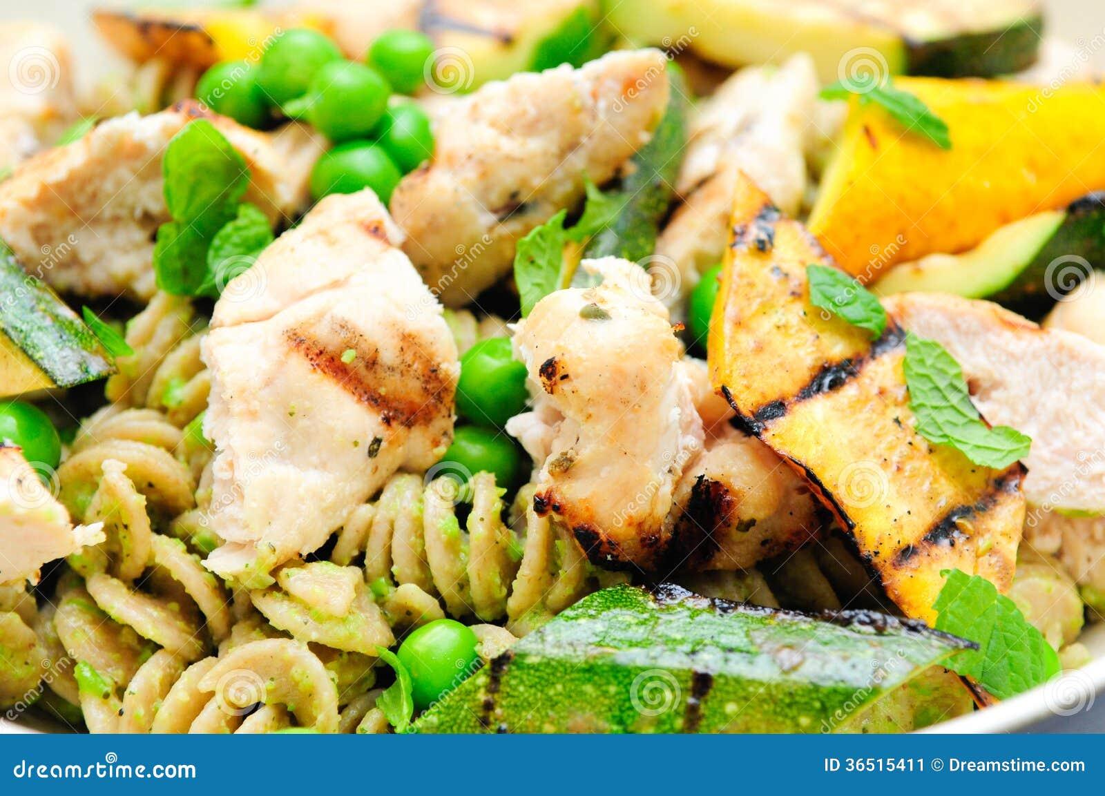 Pâtes de pesto de pois avec le poulet