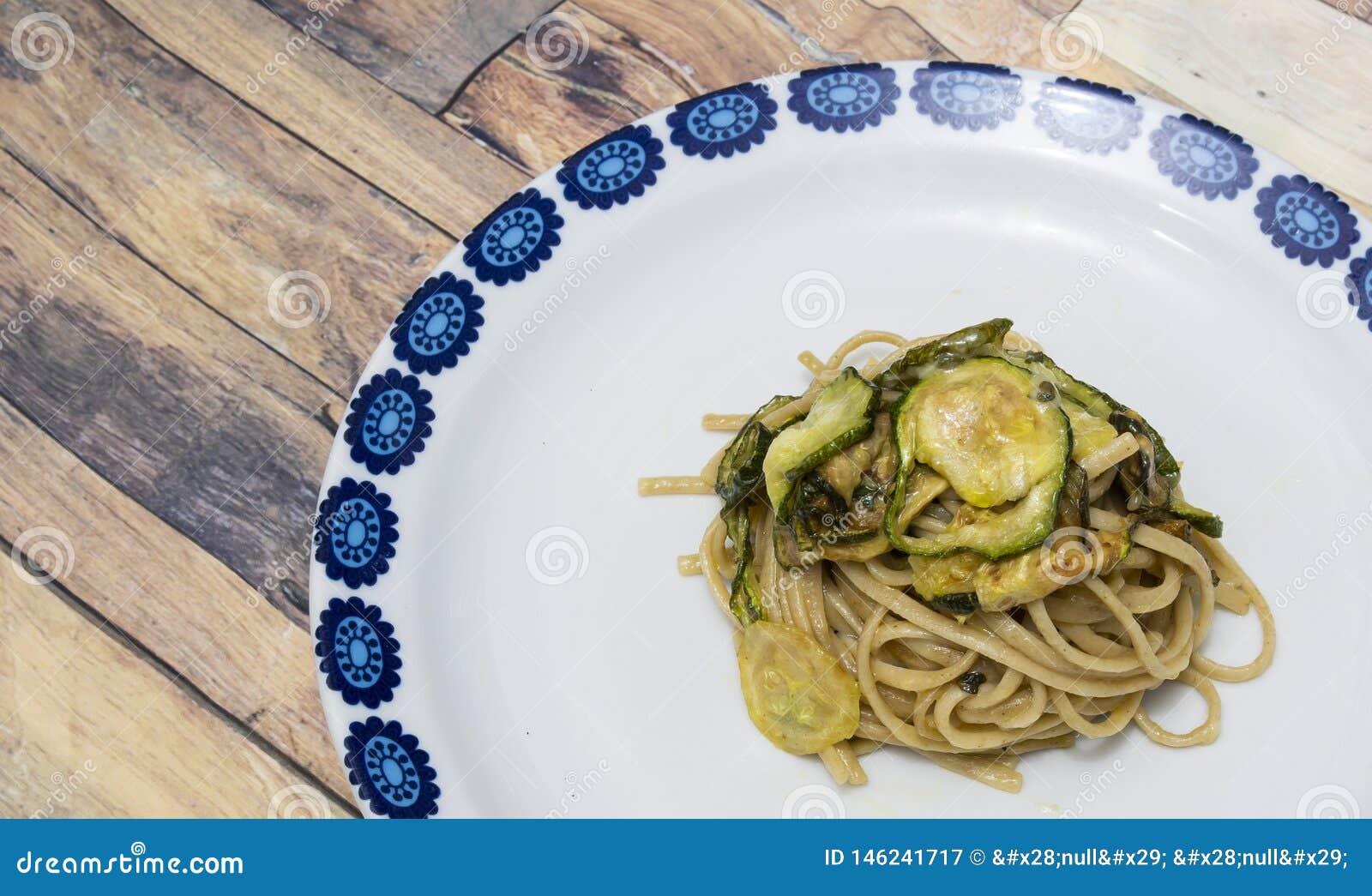 Pâtes de spaghetti avec le provolone et la courgette