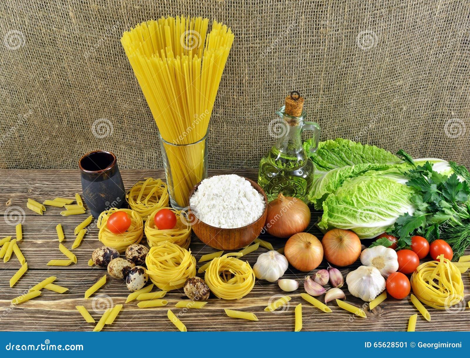 Pâtes et légumes sur la table