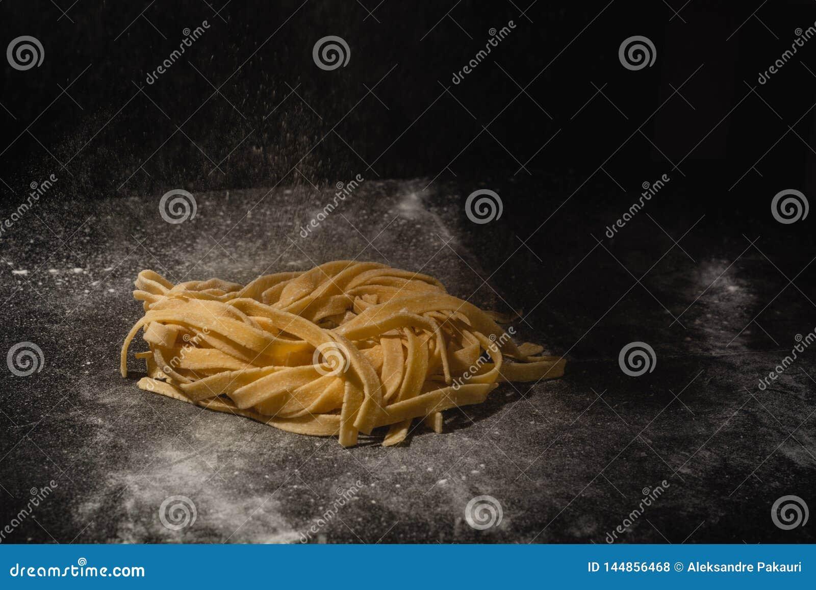 P?tes faites maison crues italiennes fra?ches Mains faisant des p?tes spaghetti Spaghetti italiens frais Plan rapproch? du proces