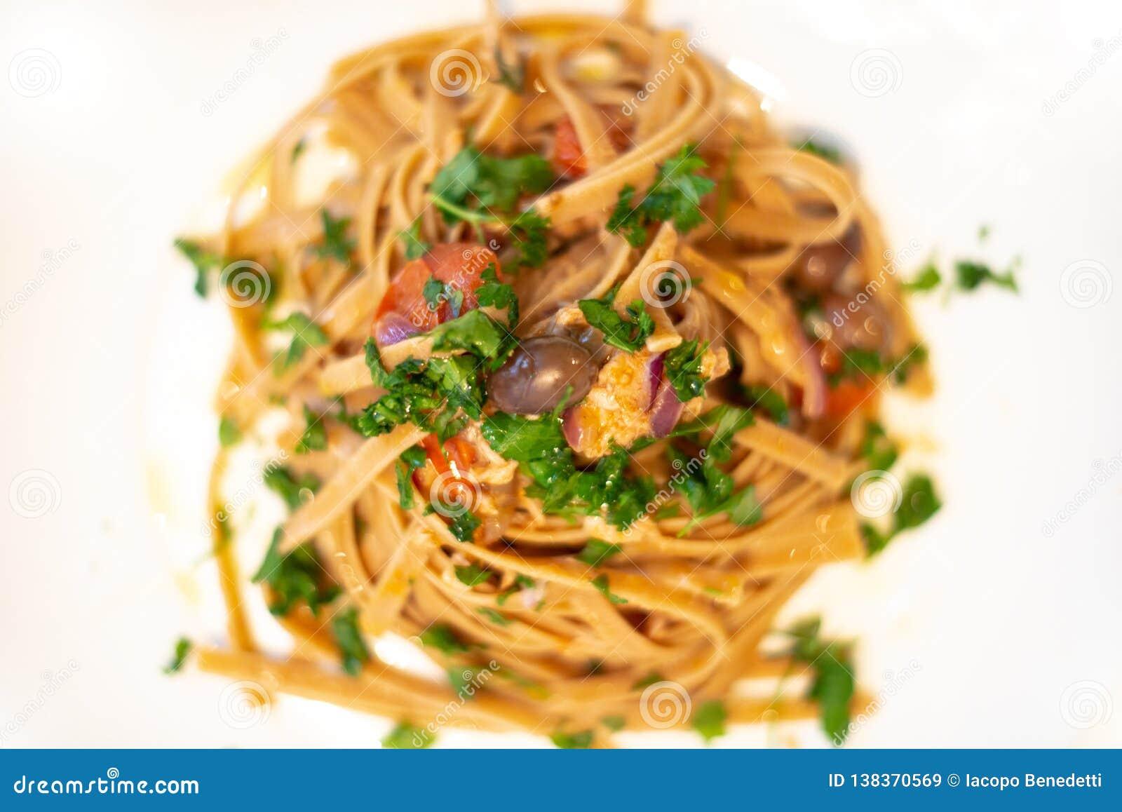 Pâtes italiennes à l oignon, au thon, et aux olives de taggiasche