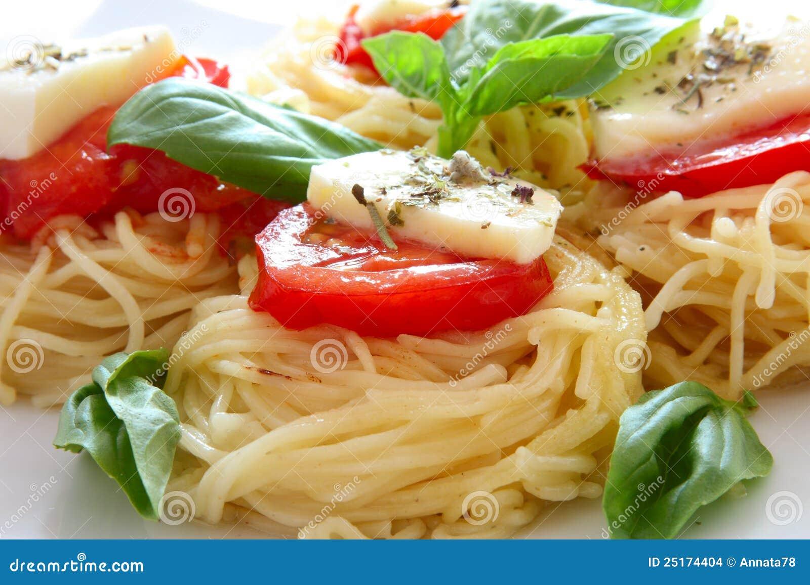 Pâtes italiennes avec les tomates et le fromage