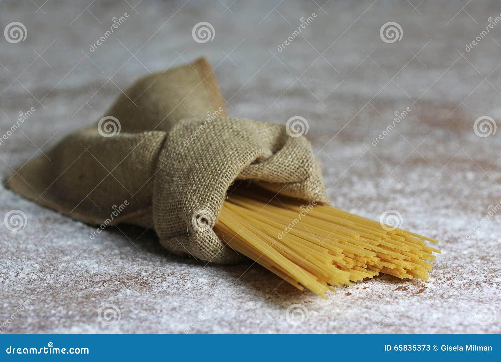 Pâtes italiennes dans le sac de toile avec le parmesan