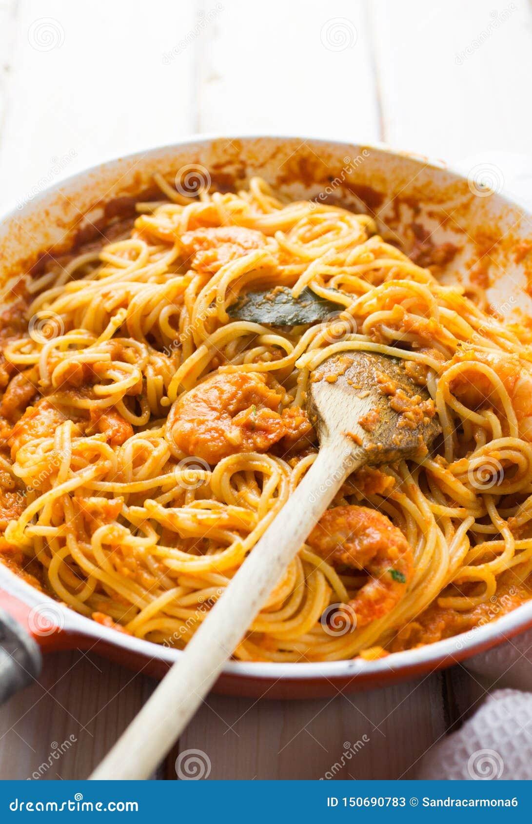 Pâtes italiennes de sauce de crevette et tomate