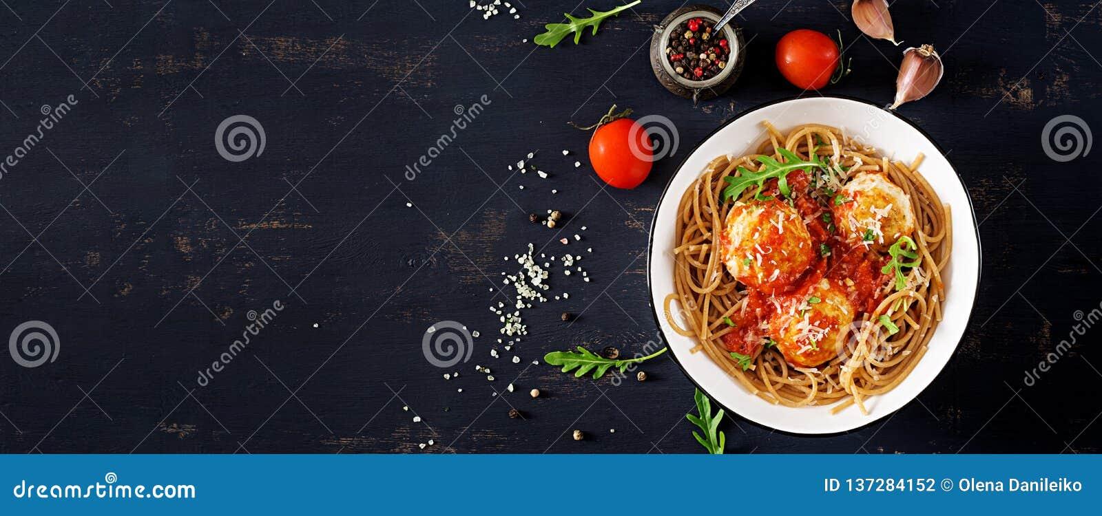 Pâtes italiennes Spaghetti avec les boulettes de viande et le parmesan