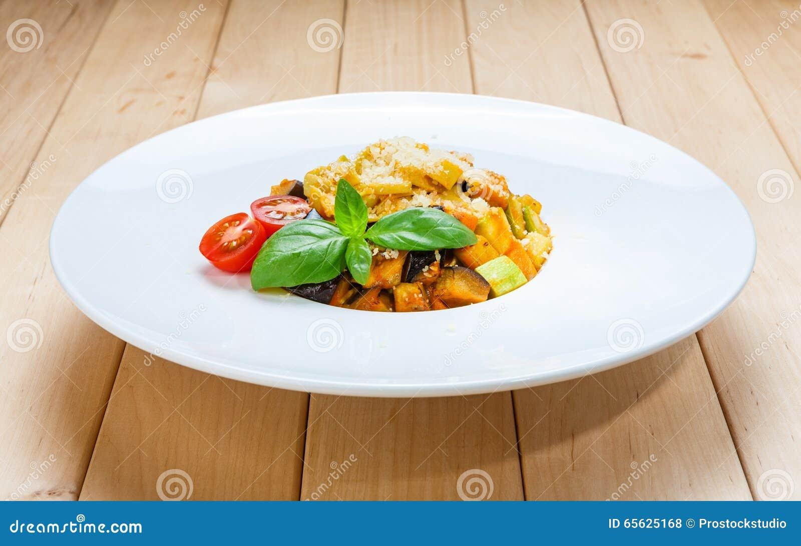 Pâtes italiennes traditionnelles avec l aubergine et la courgette
