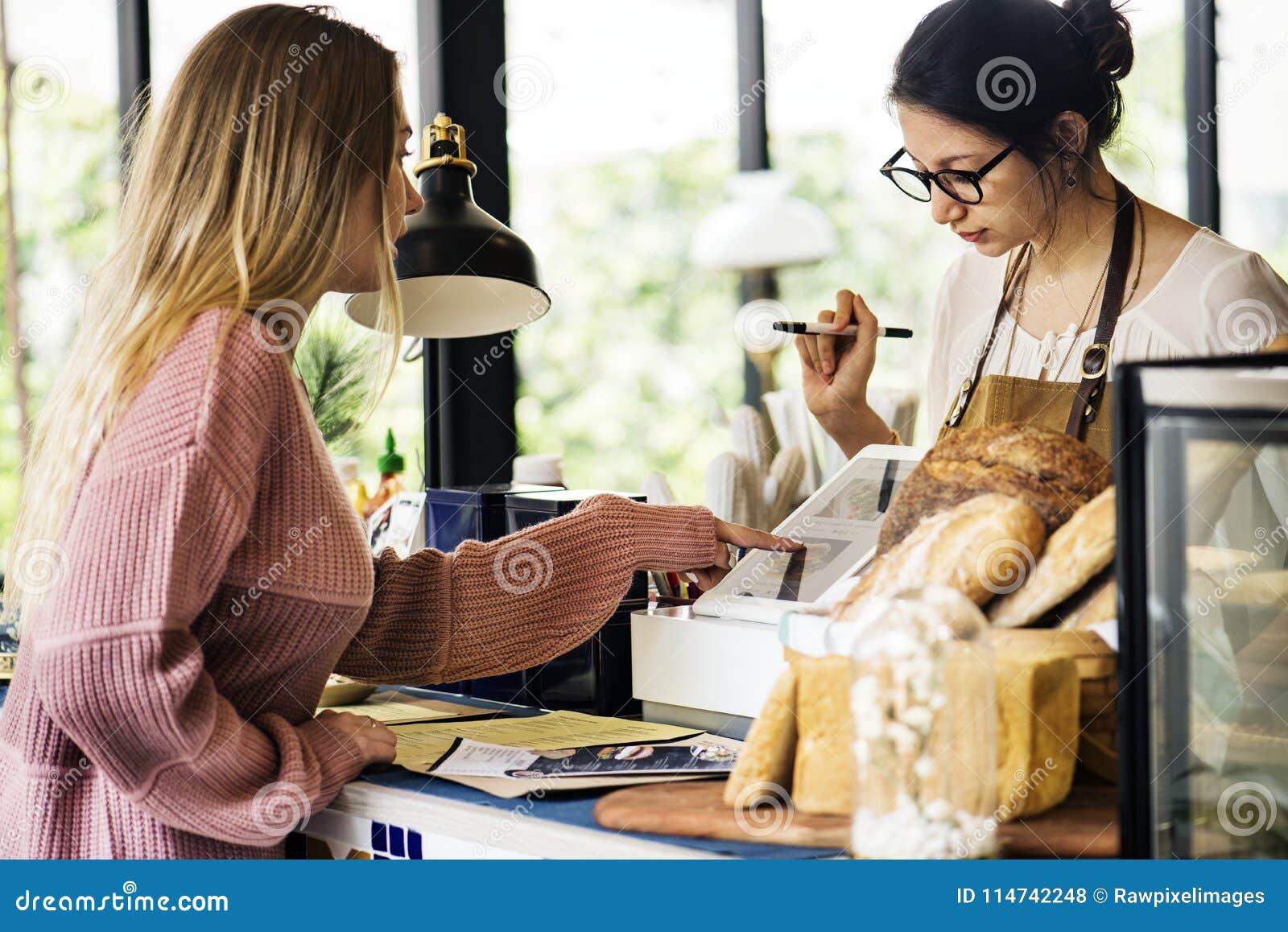 Pâtisserie de commande de client au compteur