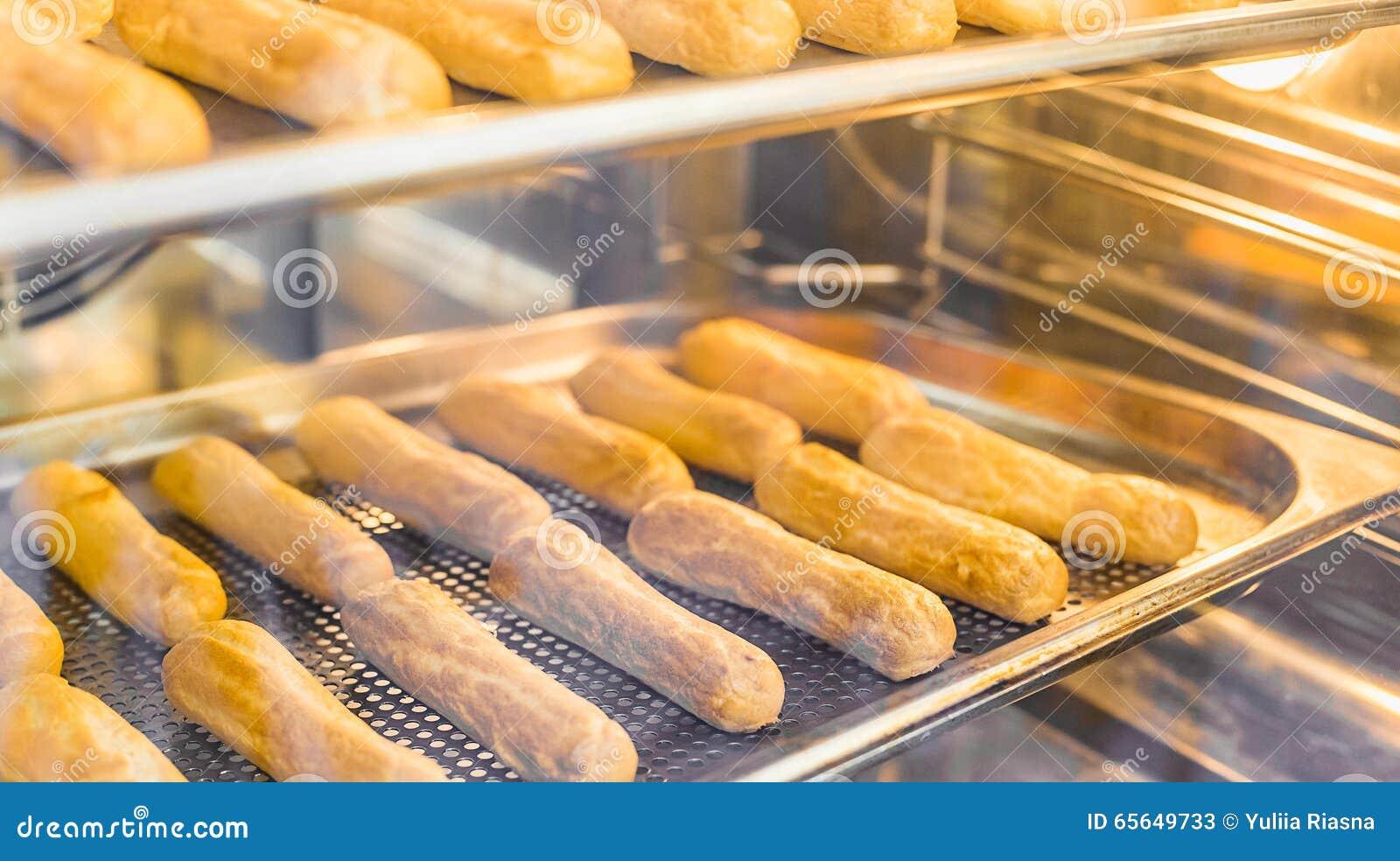 Pâtisserie de cuisson dans le four, faisant cuire dans le four