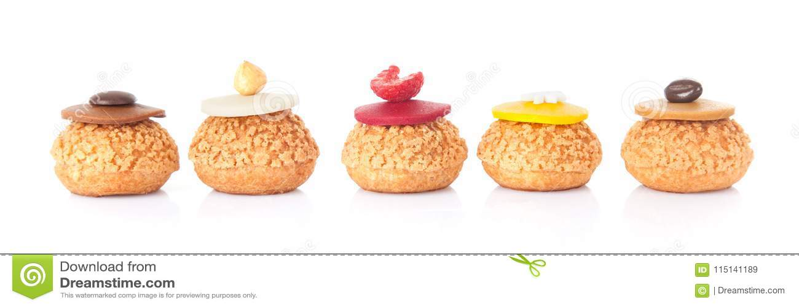 Pâtisserie française de gâteau de cinq couleurs d isolement