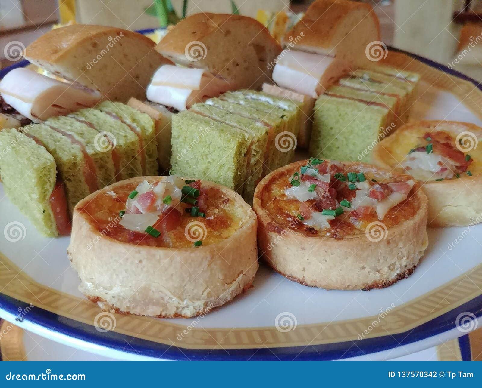 Pâtisseries salées dans le thé d après-midi anglais de style