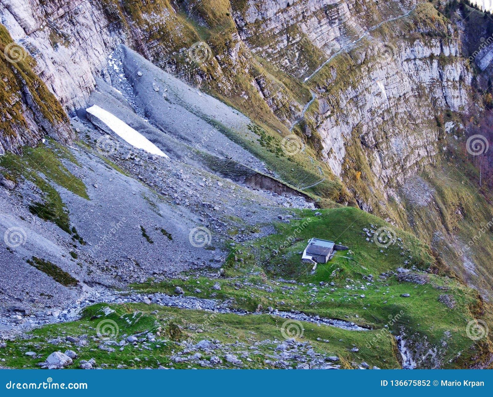 Pâturages et fermes d automne dans la vallée du lac Klontalersee ou dans la vallée de Klontal