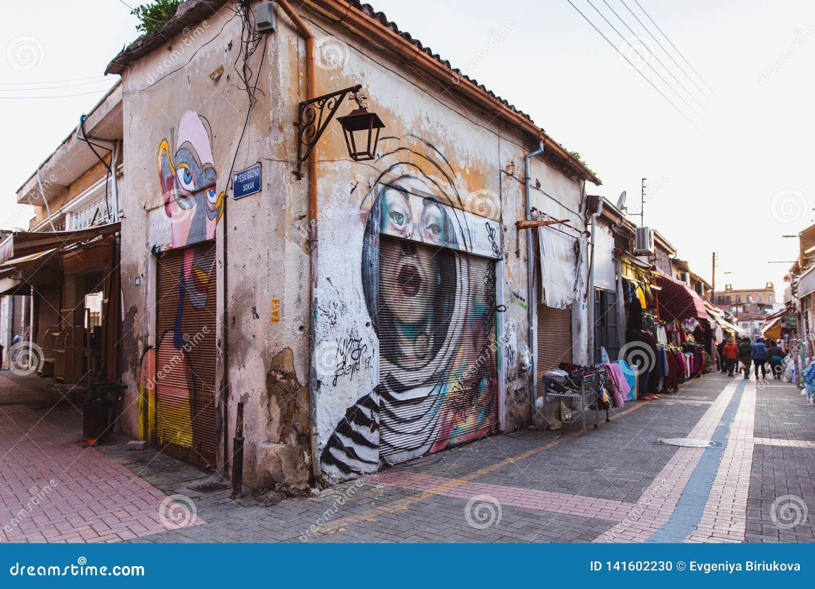 Północny Nikozja, Turecka republika Północny Cypr, Luty - 27, 2019: Kolorowa graffiti sztuki linia ulica izoluje wewnątrz