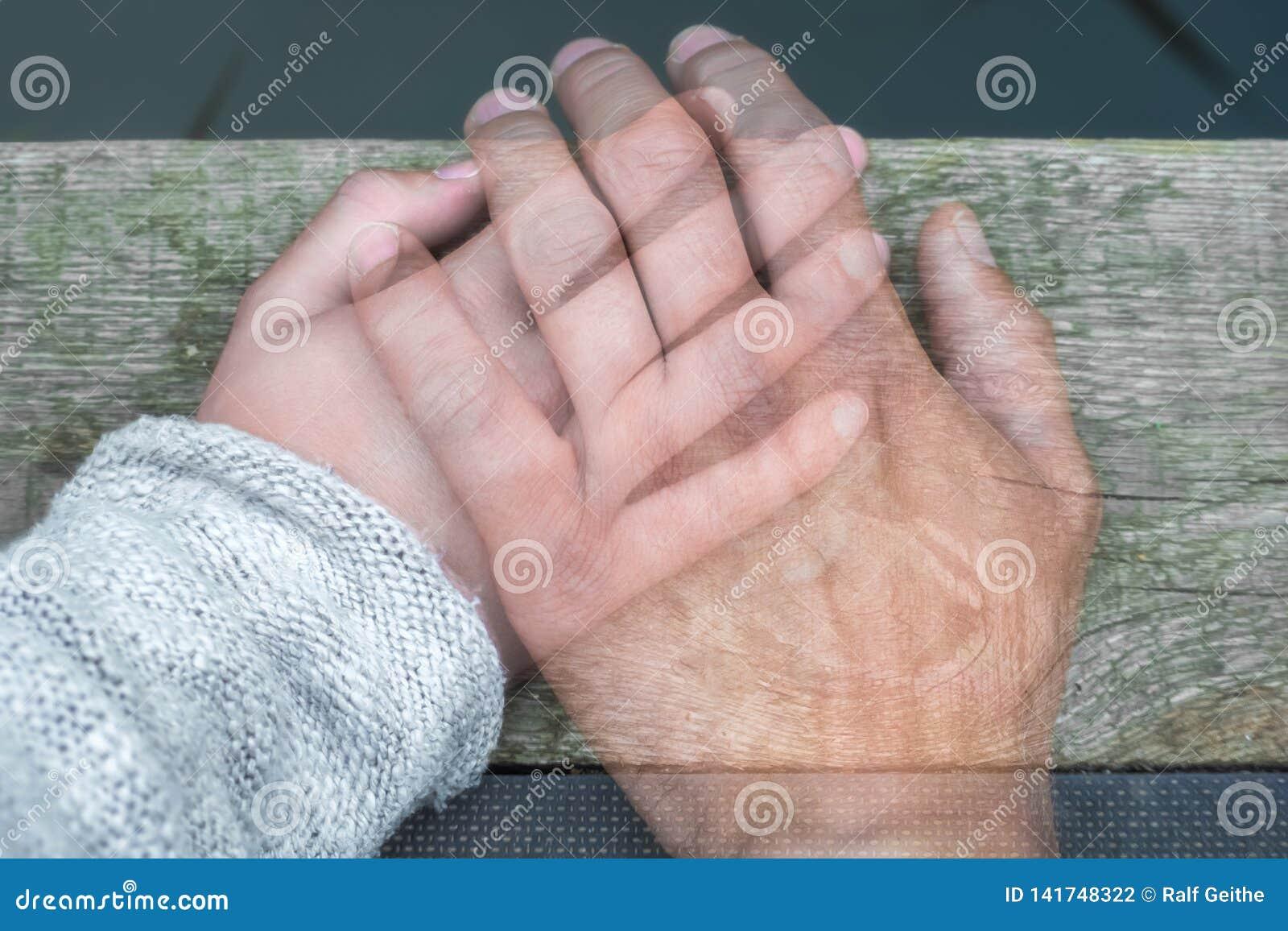 Półprzeźroczysta mężczyzna ręka na kobiety ręce jako znak pożegnanie rozdzieleniem lub śmiercią