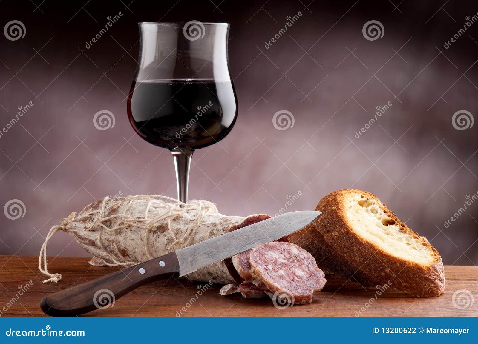Pão cortado com salami