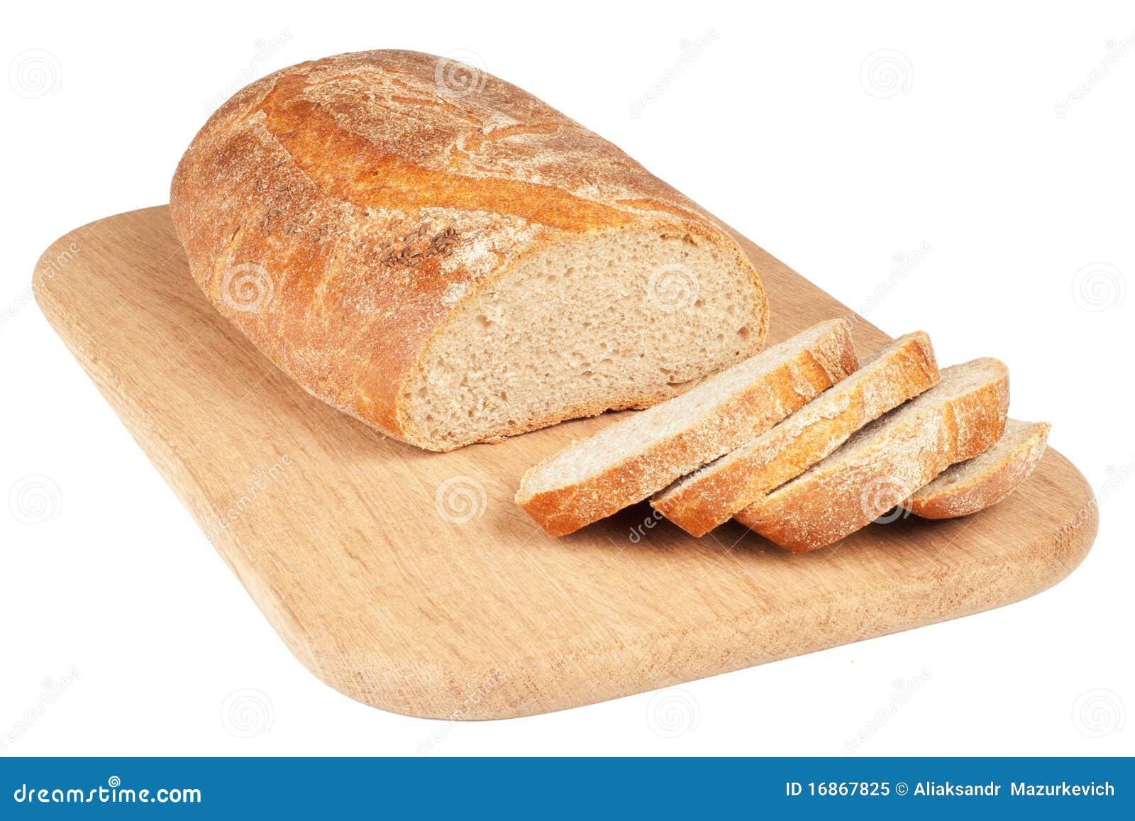 Pão cortado em uma placa de desbastamento de madeira