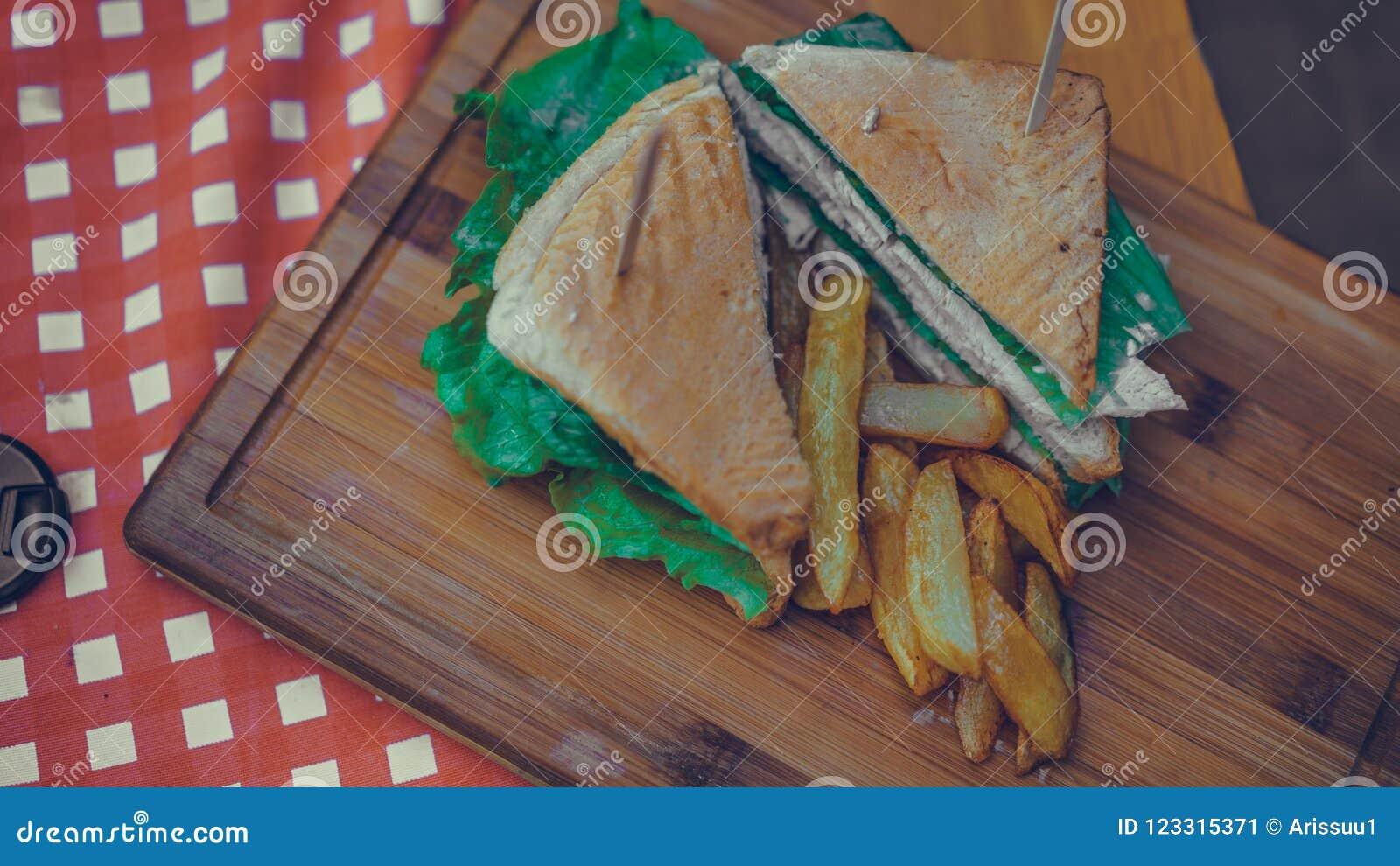 Pão da galinha com batatas fritas