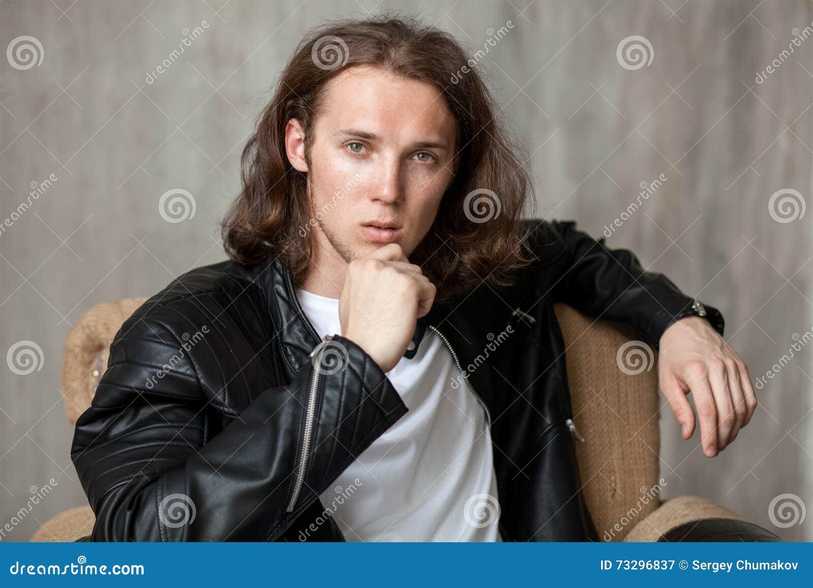 Pão de cabelos compridos novo com a cerda imponentemente na pose