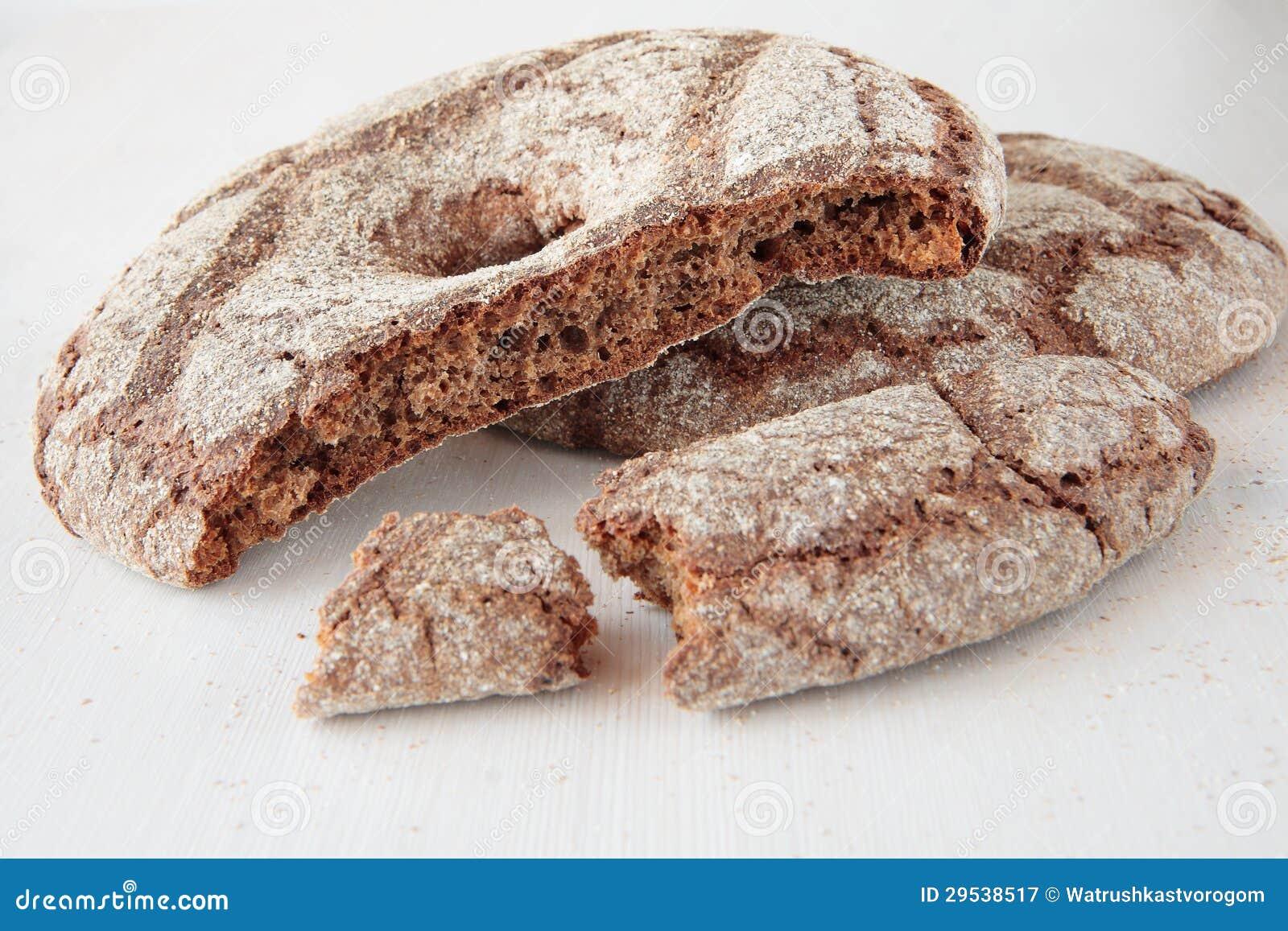 Pão de Rye na forma de um círculo com um furo