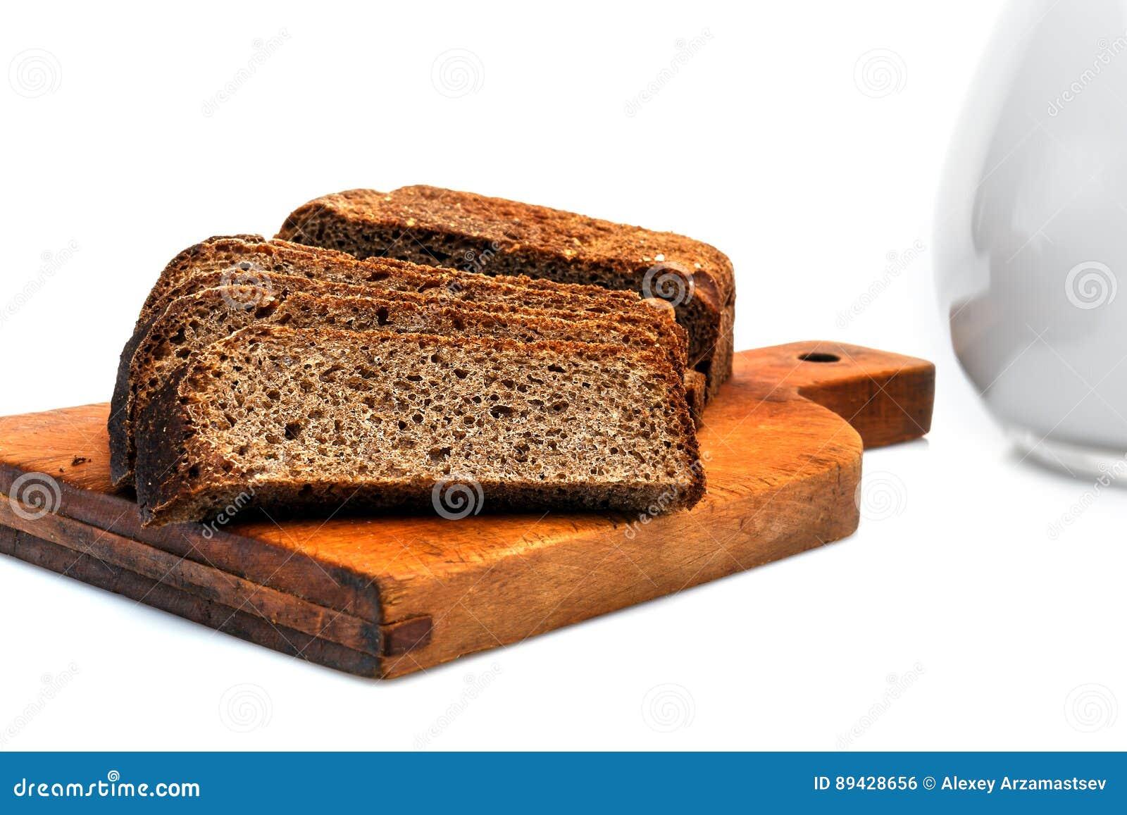 Pão dietético preto em uma placa de desbastamento