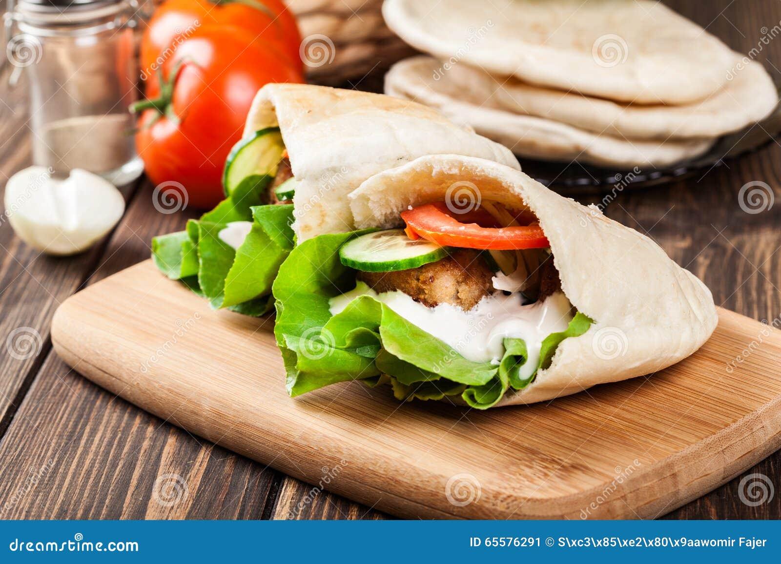Pão do pão árabe com falafel e os legumes frescos