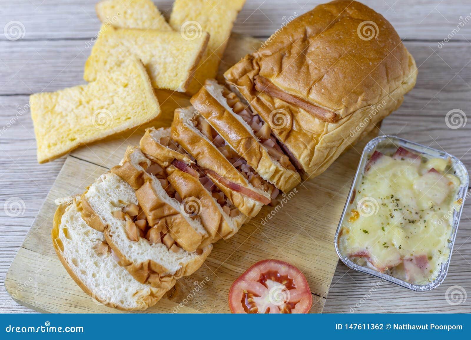 Pão enchido com presunto, salsicha
